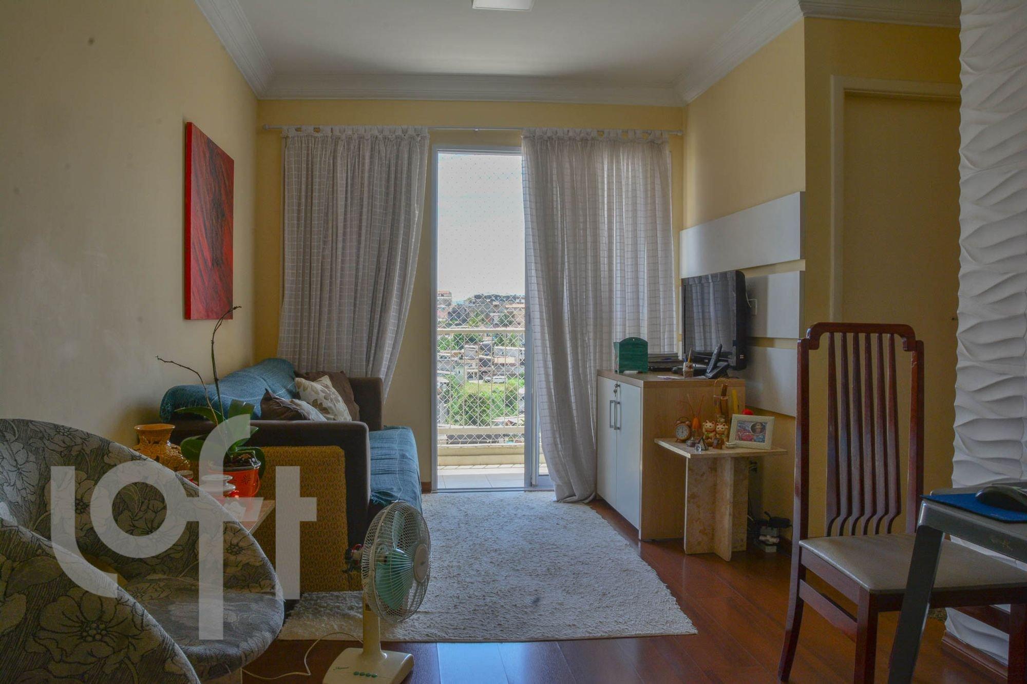 Foto de Sala com mouse, sofá, cadeira