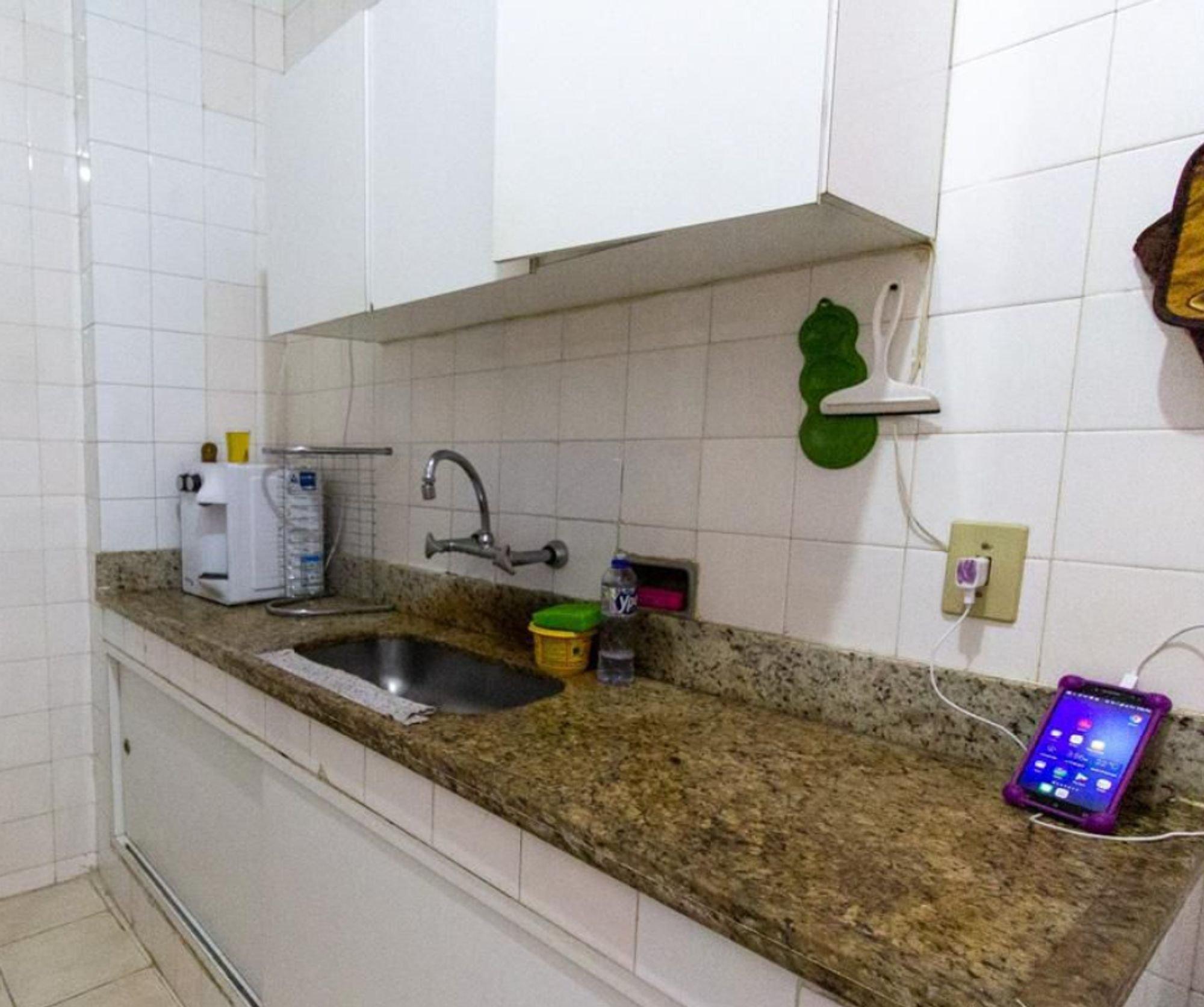 Foto de Cozinha com pia, garrafa, xícara