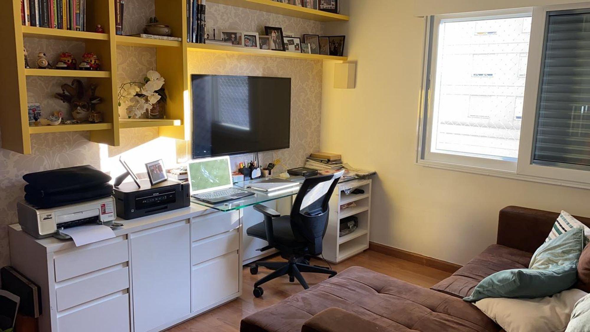 Foto de Sala com teclado, sofá, televisão, computador portátil, cadeira, livro