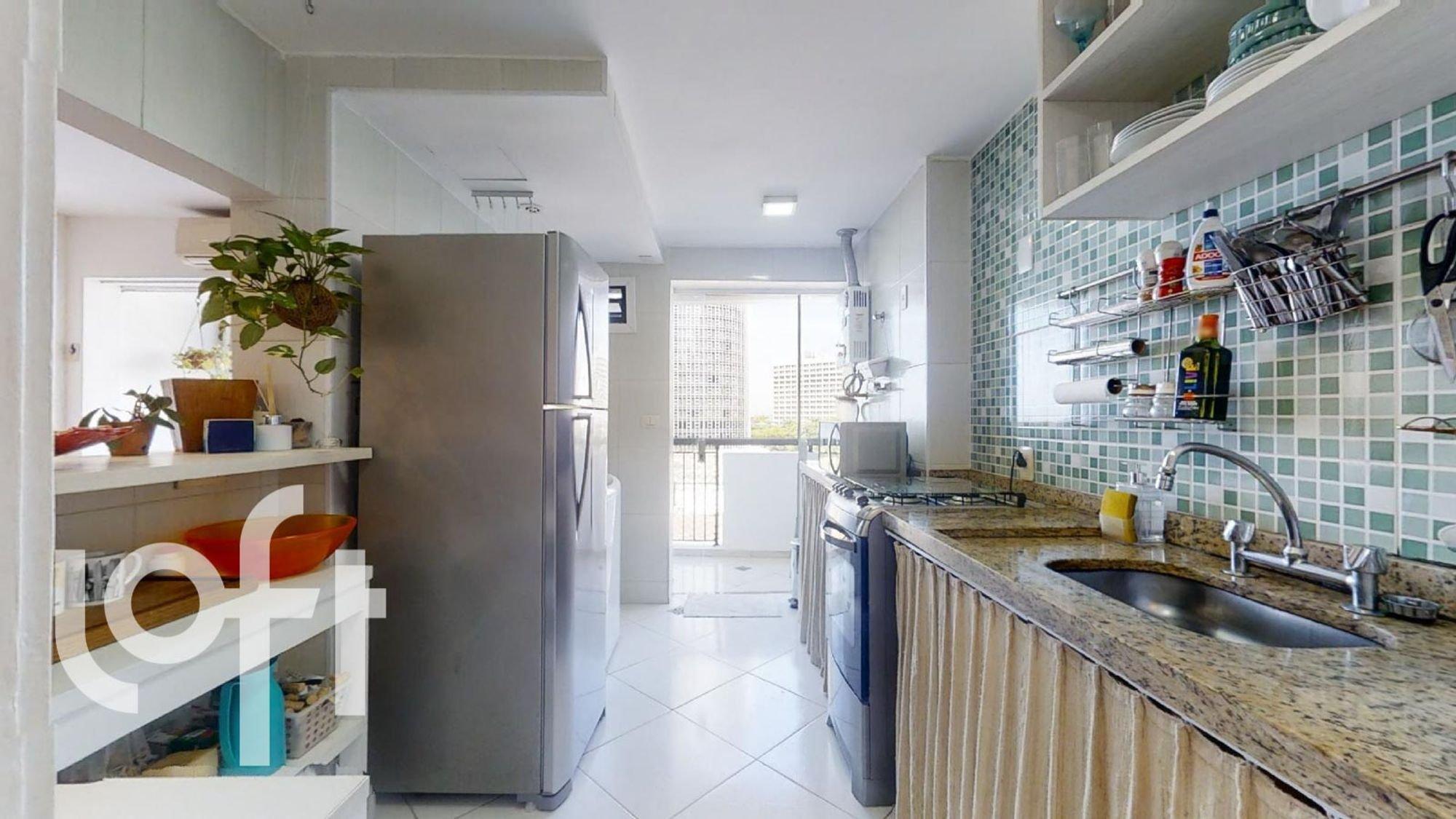 Foto de Cozinha com vaso de planta, garrafa, geladeira, pia