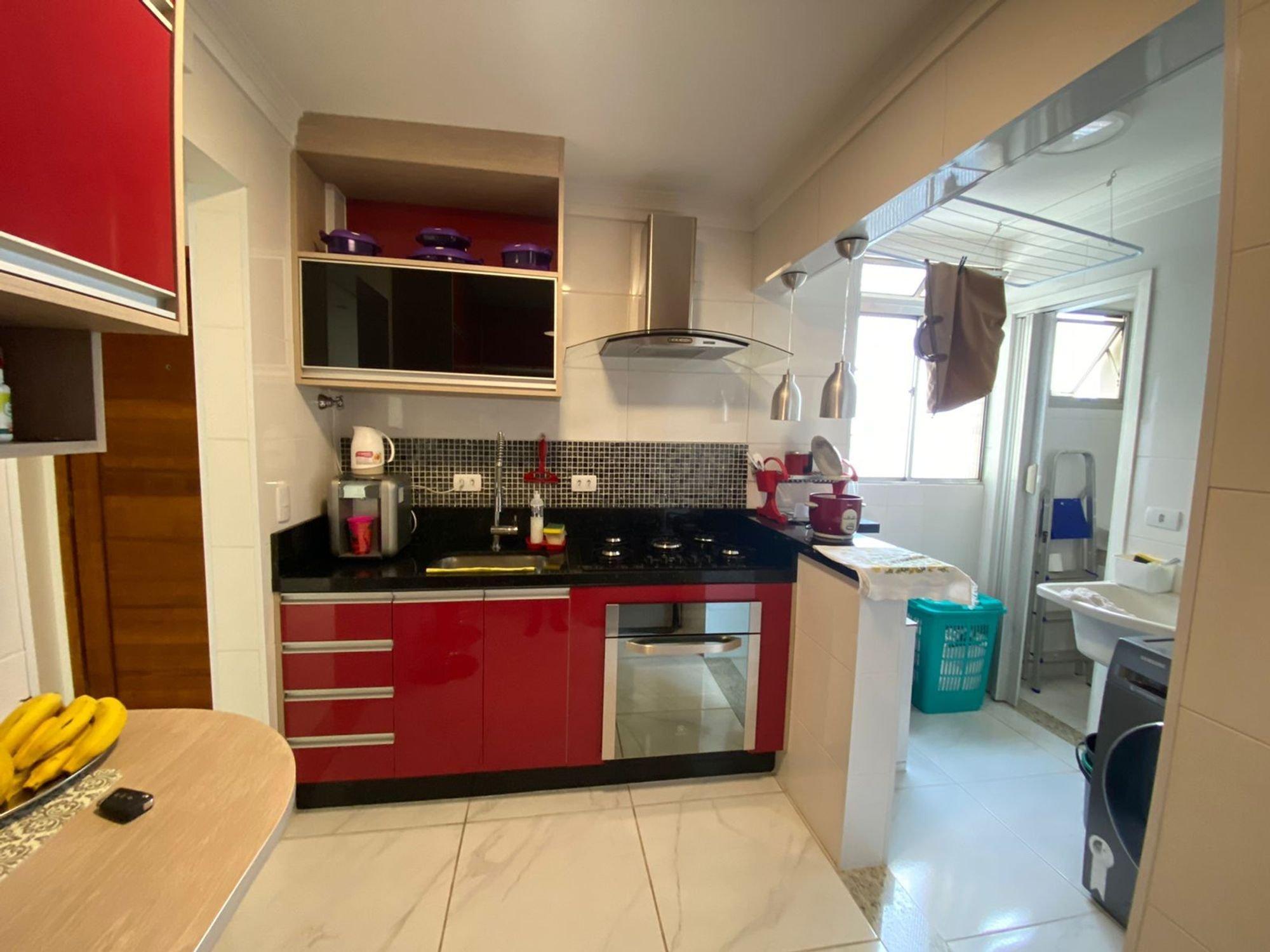 Foto de Cozinha com forno, pia, mesa de jantar