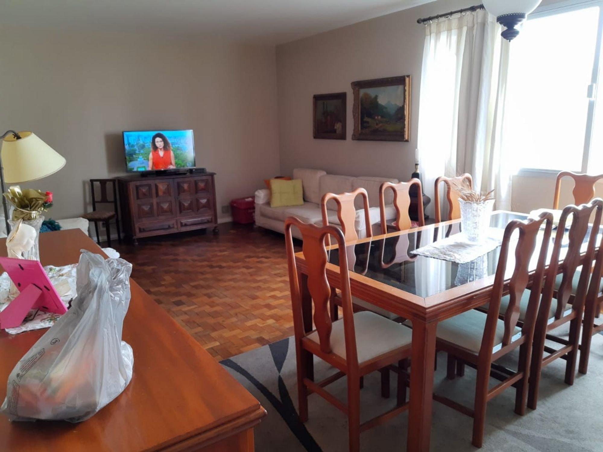 Foto de Sala com sofá, vaso, cadeira
