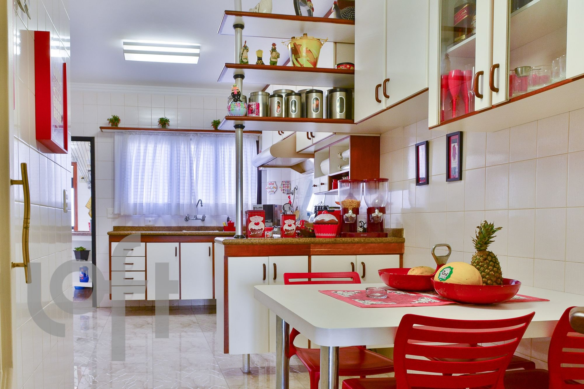 Foto de Cozinha com tigela, cadeira, mesa de jantar, xícara
