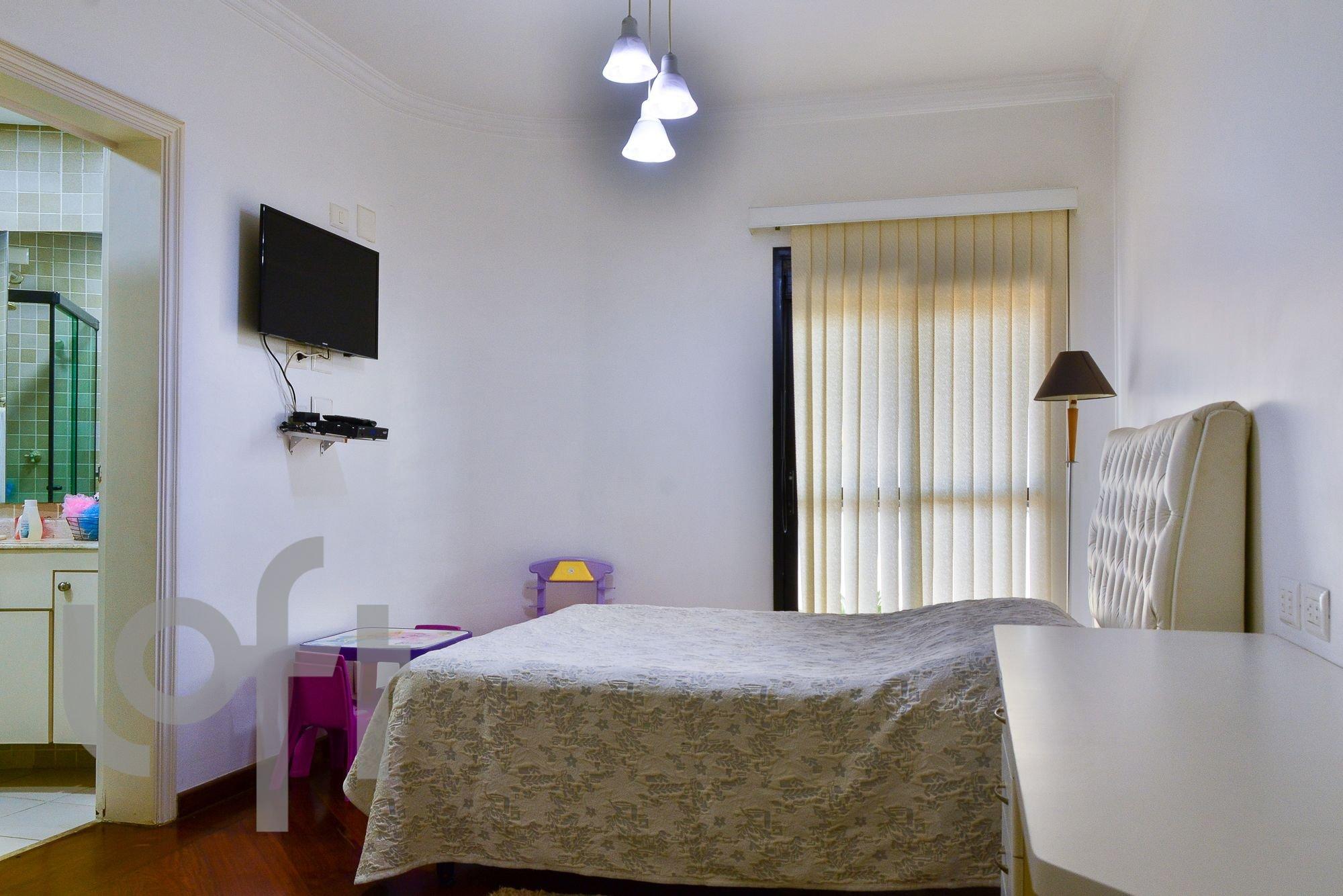 Foto de Sala com cama, televisão, cadeira, mesa de jantar