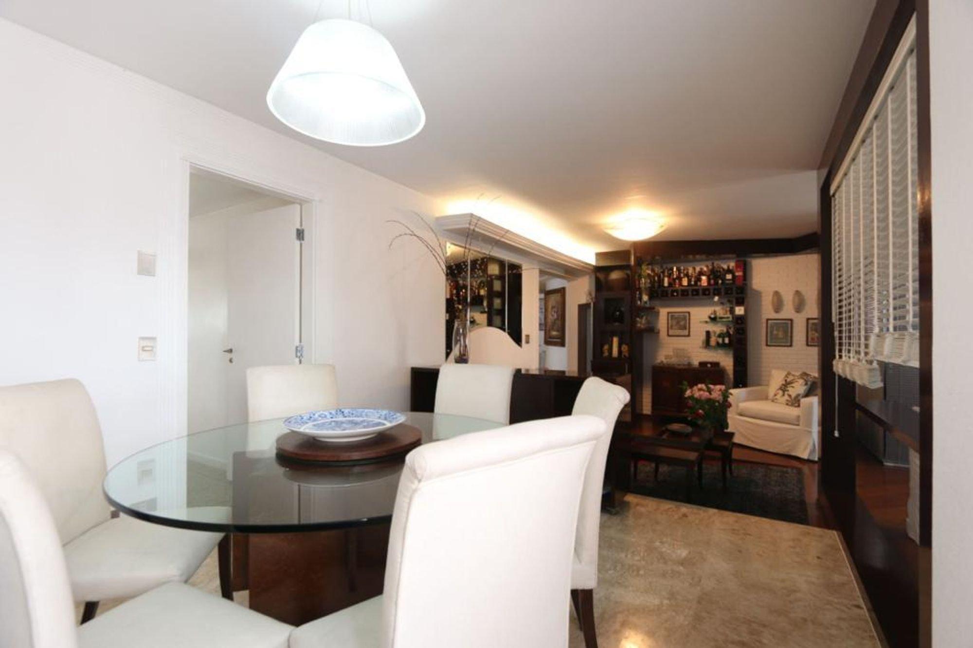 Foto de Sala com sofá, tigela, cadeira, mesa de jantar