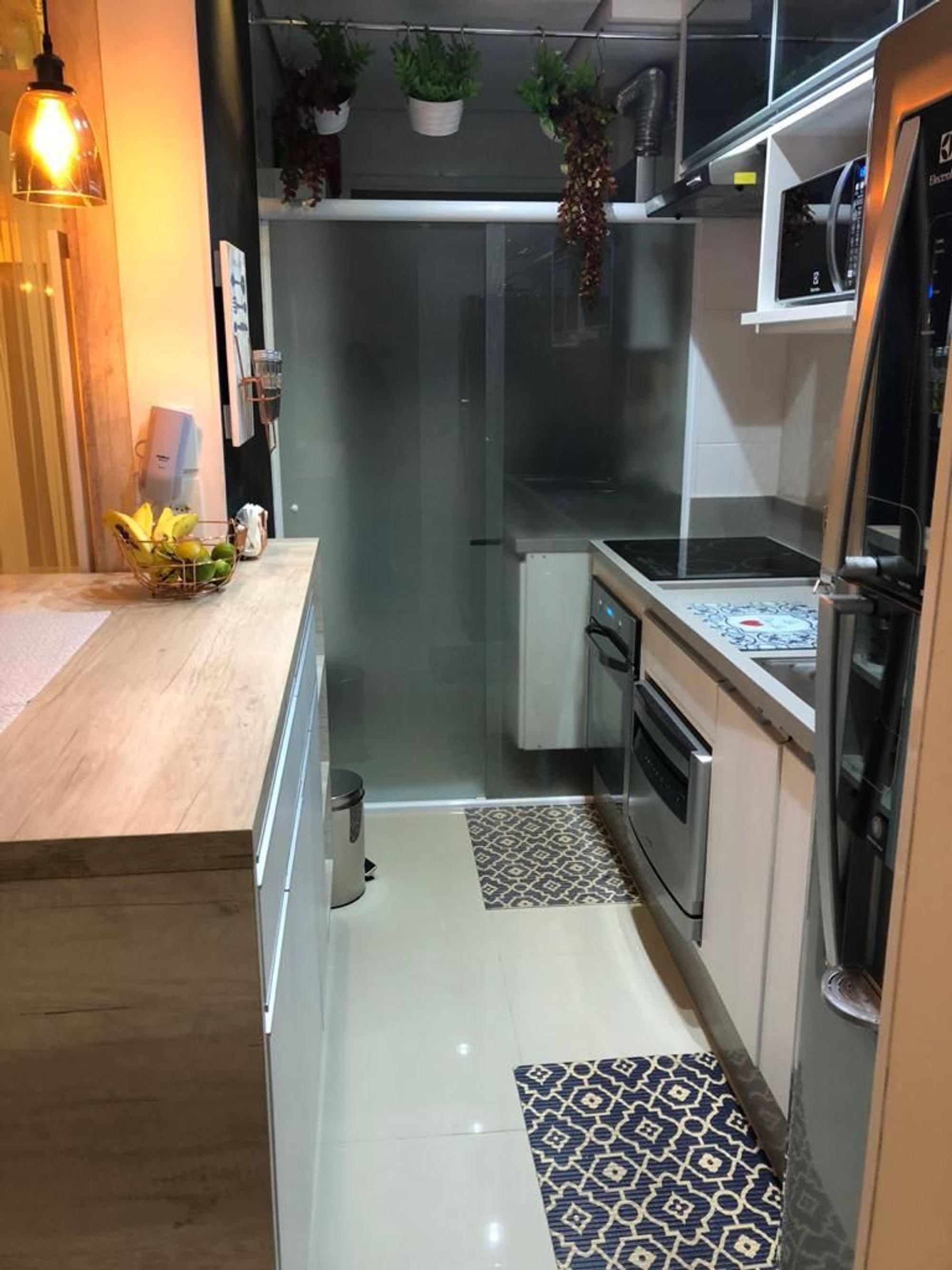 Foto de Cozinha com vaso de planta, geladeira