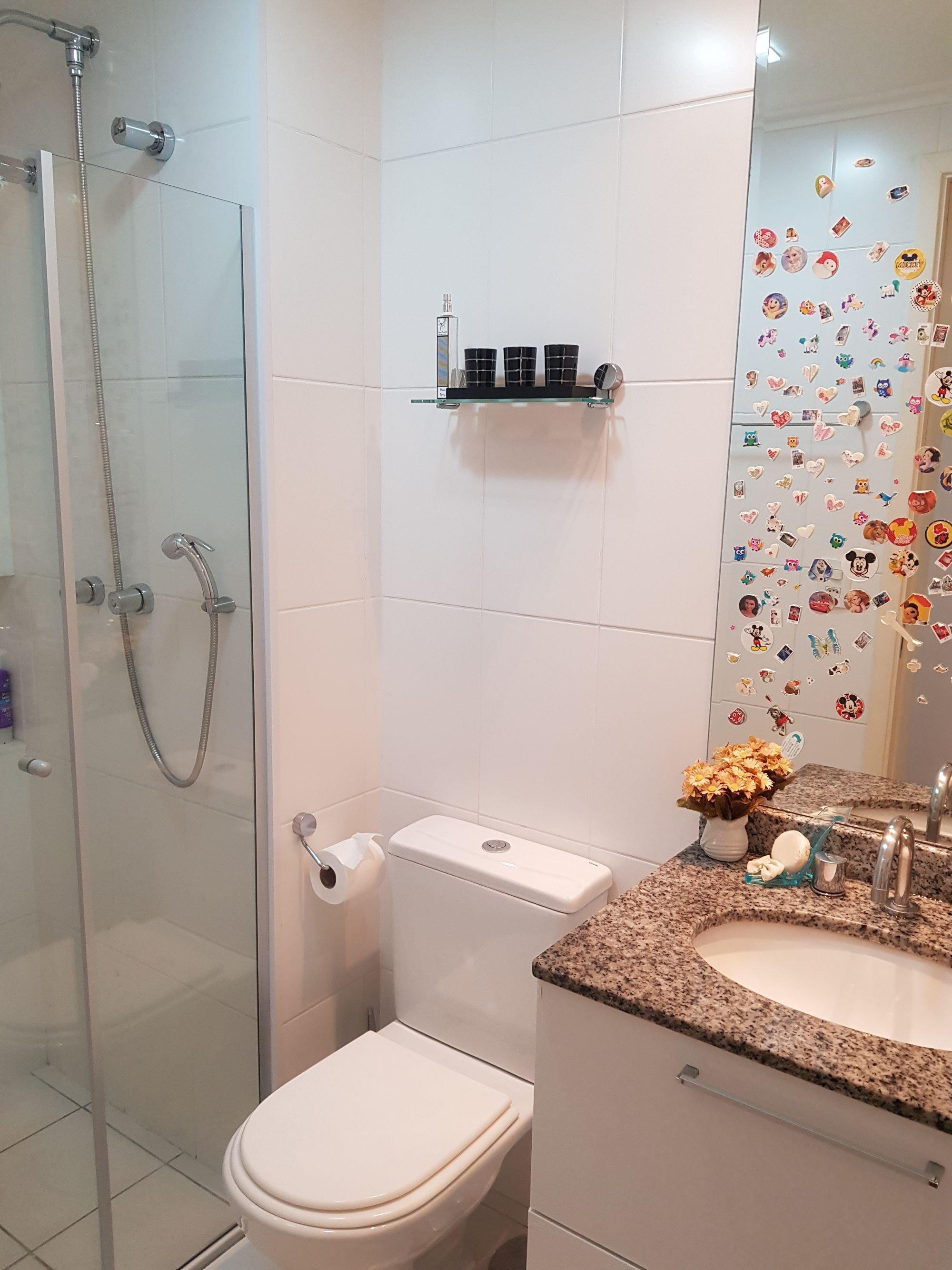 Foto de Banheiro com vaso de planta, vaso sanitário, garrafa, pia