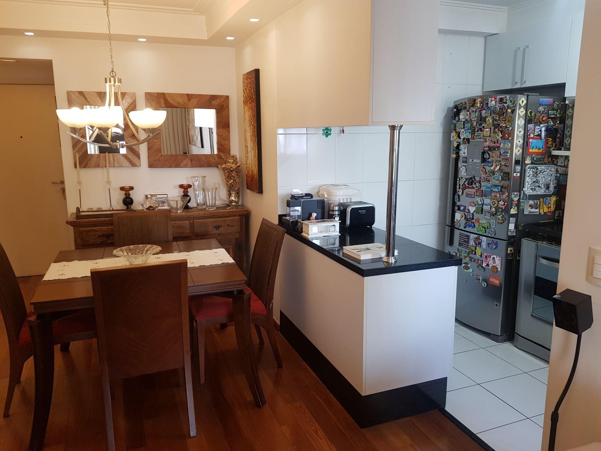 Foto de Cozinha com geladeira, cadeira, livro