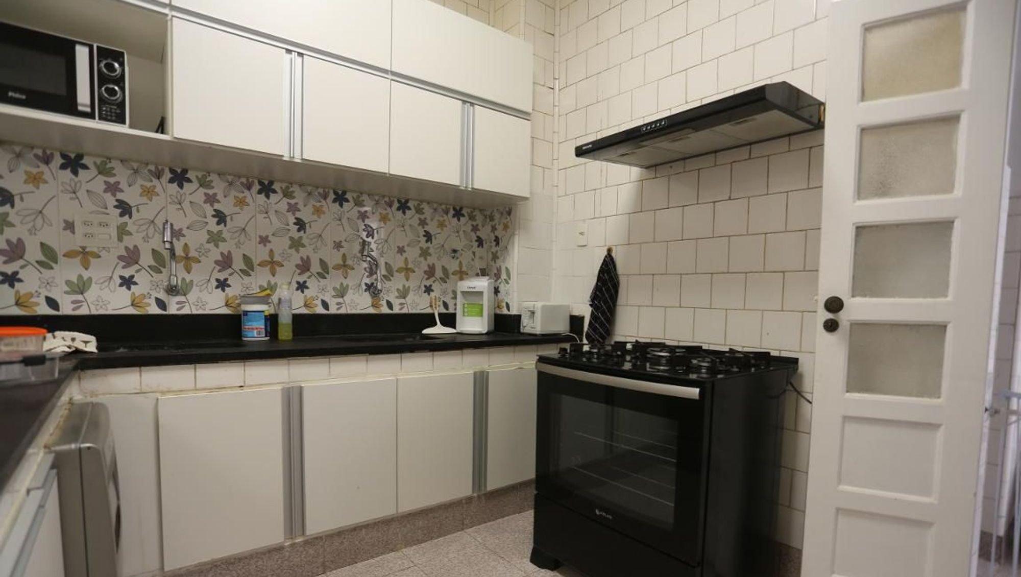 Foto de Cozinha com forno, microondas, garrafa