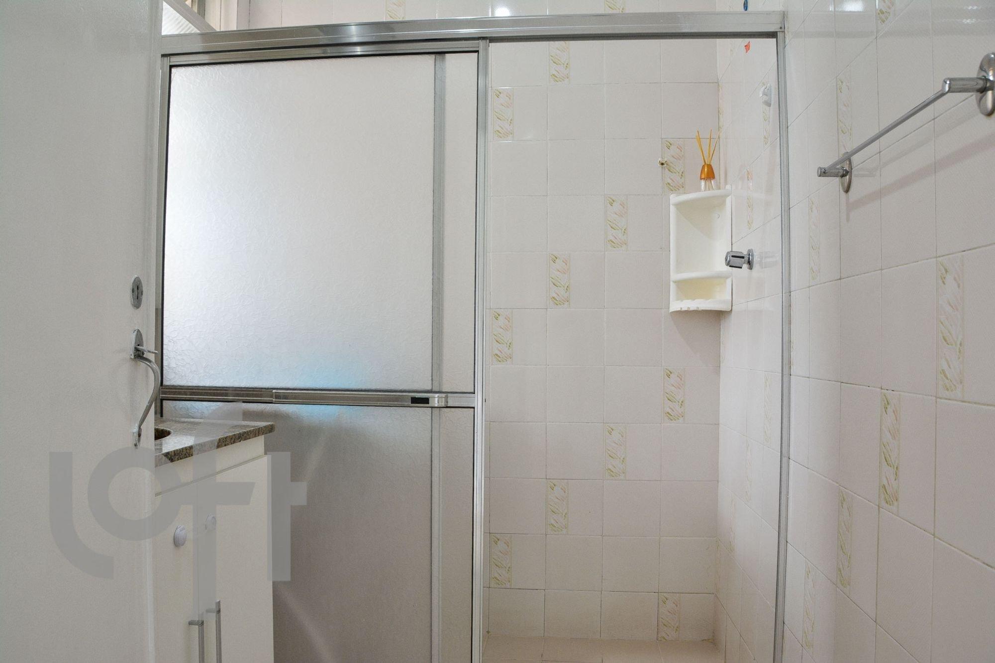 Foto de Banheiro com geladeira