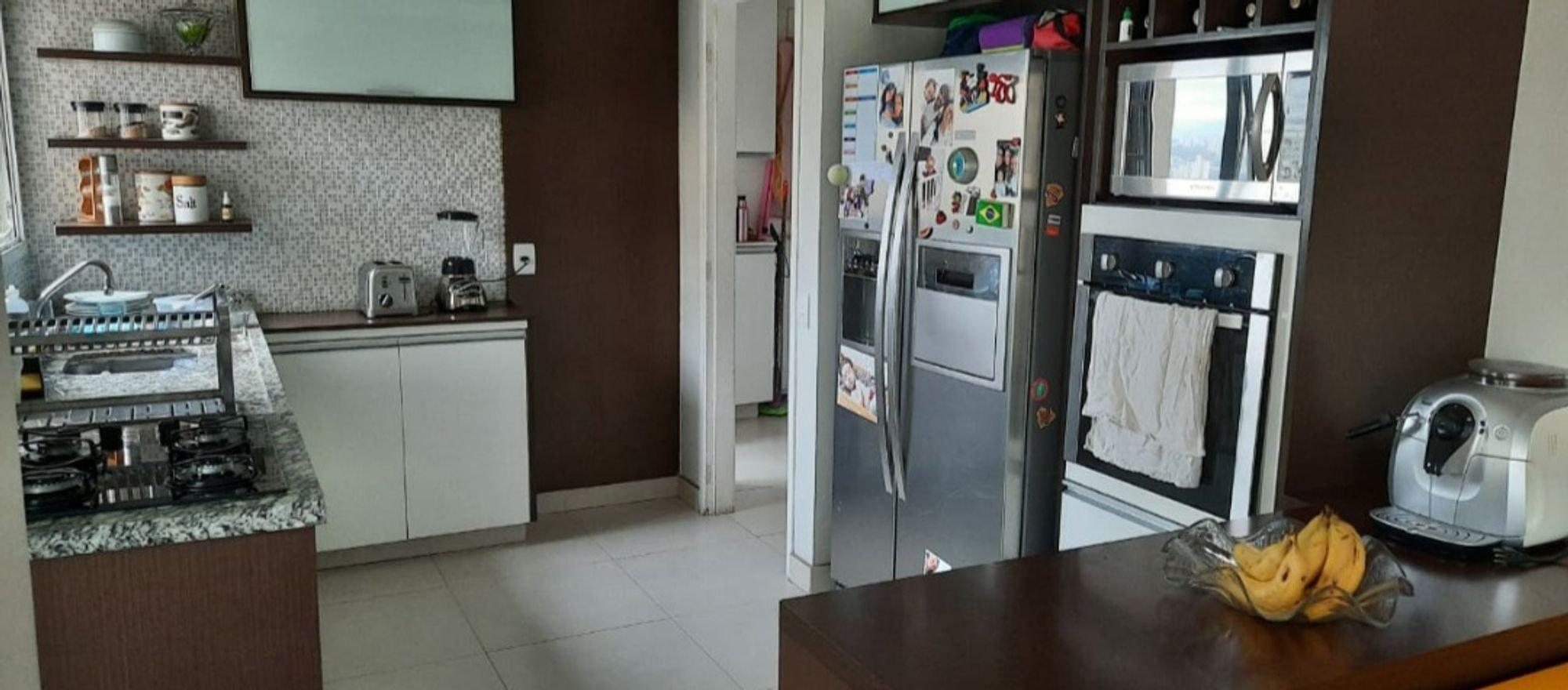 Foto de Cozinha com tigela, geladeira, mesa de jantar, xícara