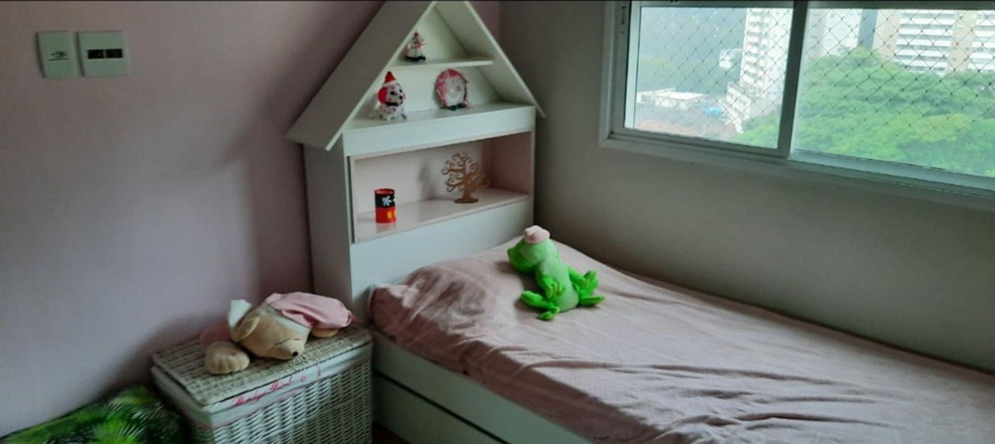 Foto de Quarto com cama, vaso