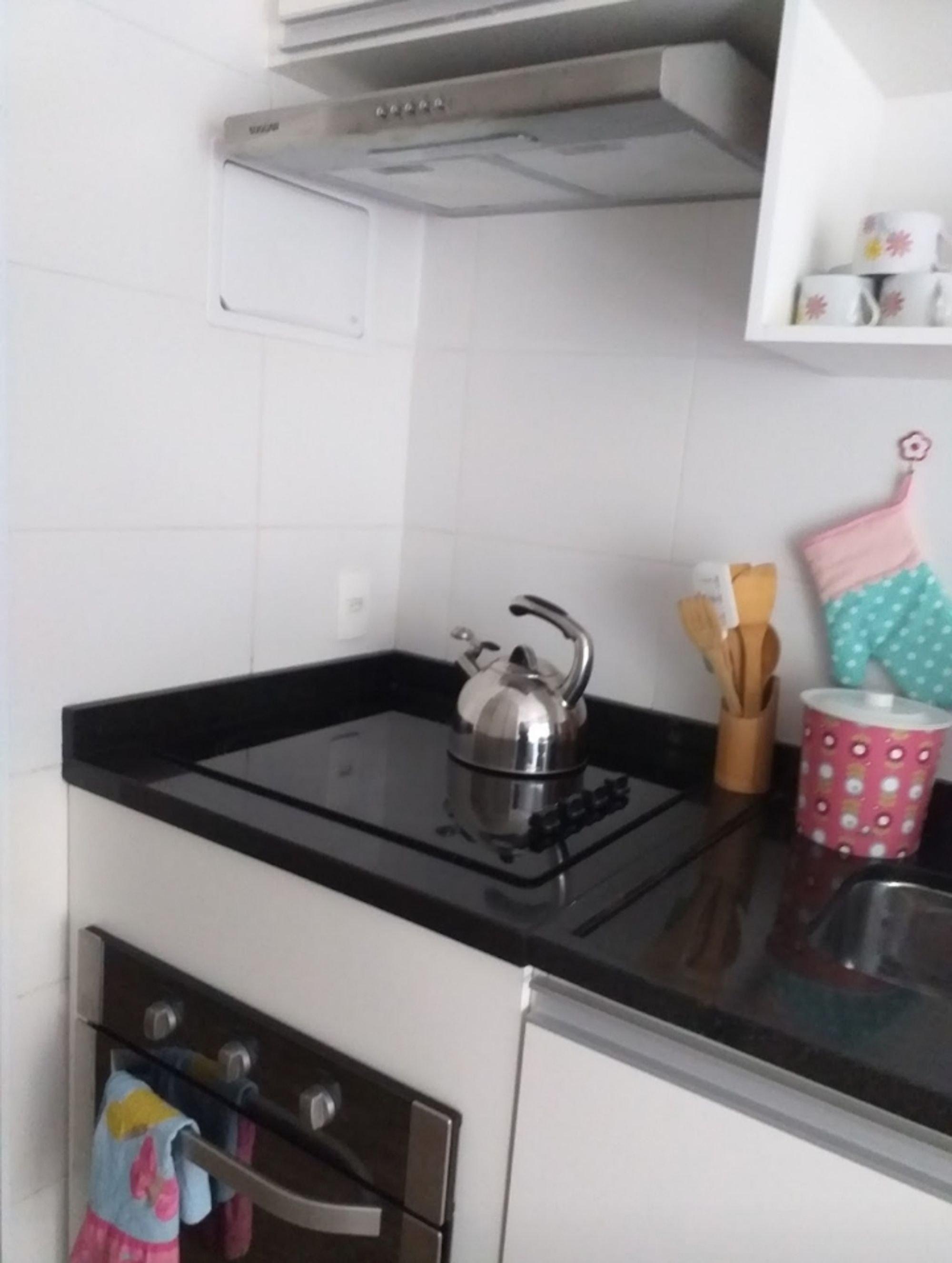 Foto de Cozinha com forno, escova de dente, xícara