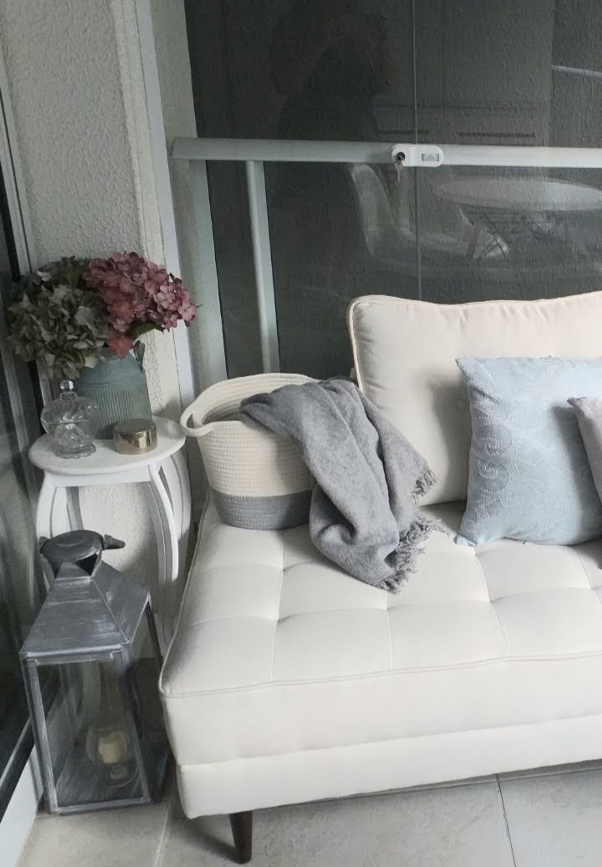 Foto de Sala com vaso de planta, cama, vaso