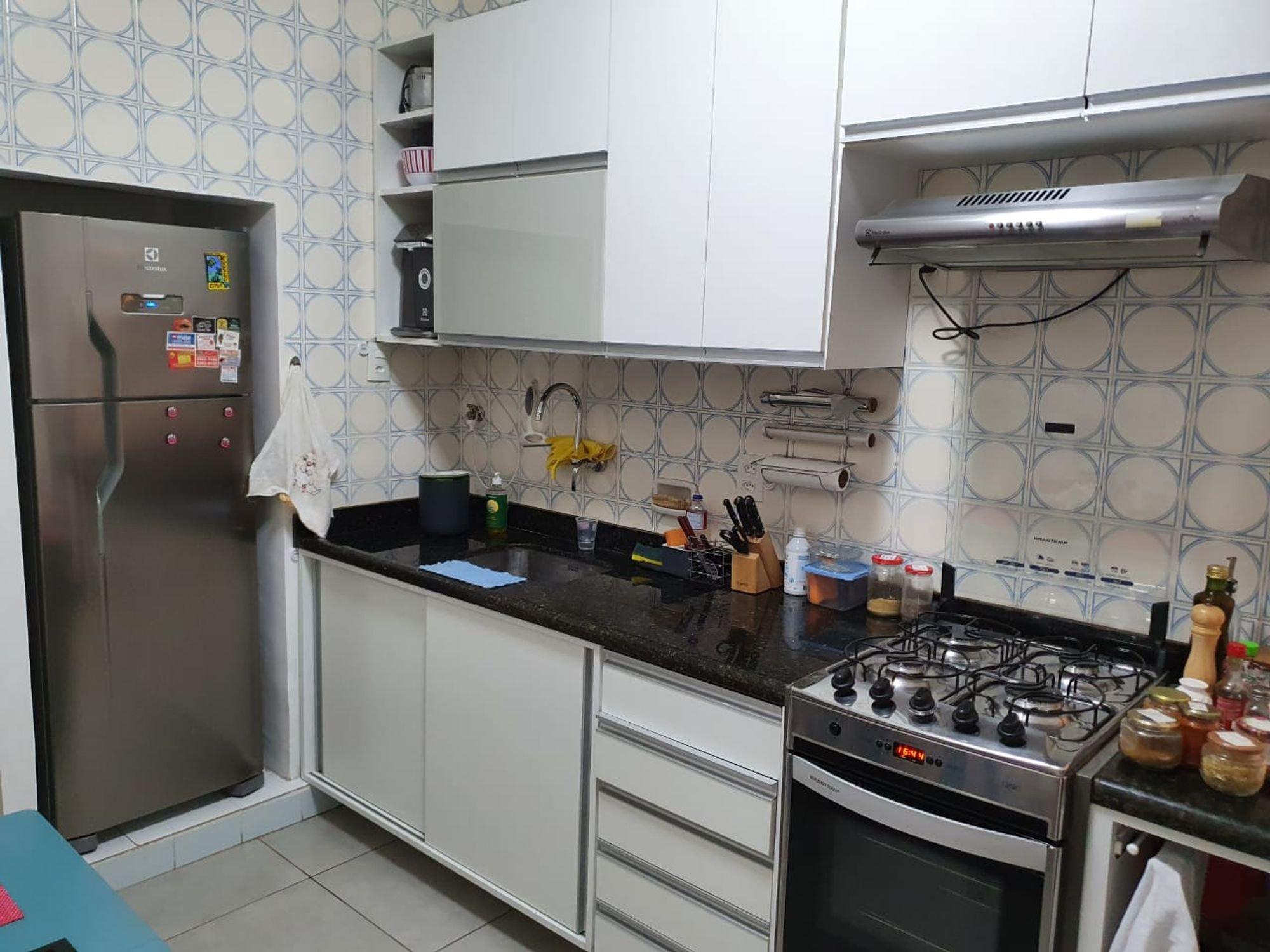 Foto de Cozinha com faca, garrafa, forno, geladeira, pia