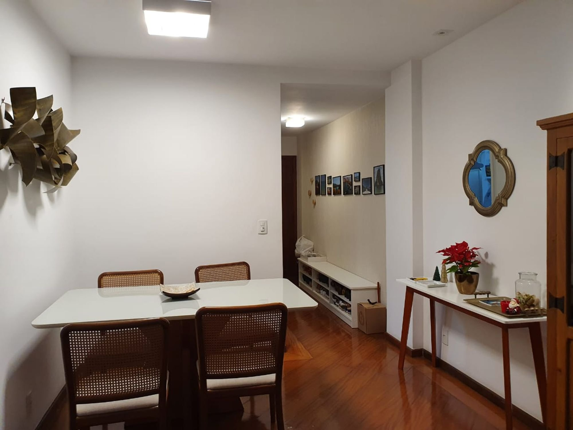 Foto de Sala com vaso de planta, vaso, tigela, cadeira, mesa de jantar