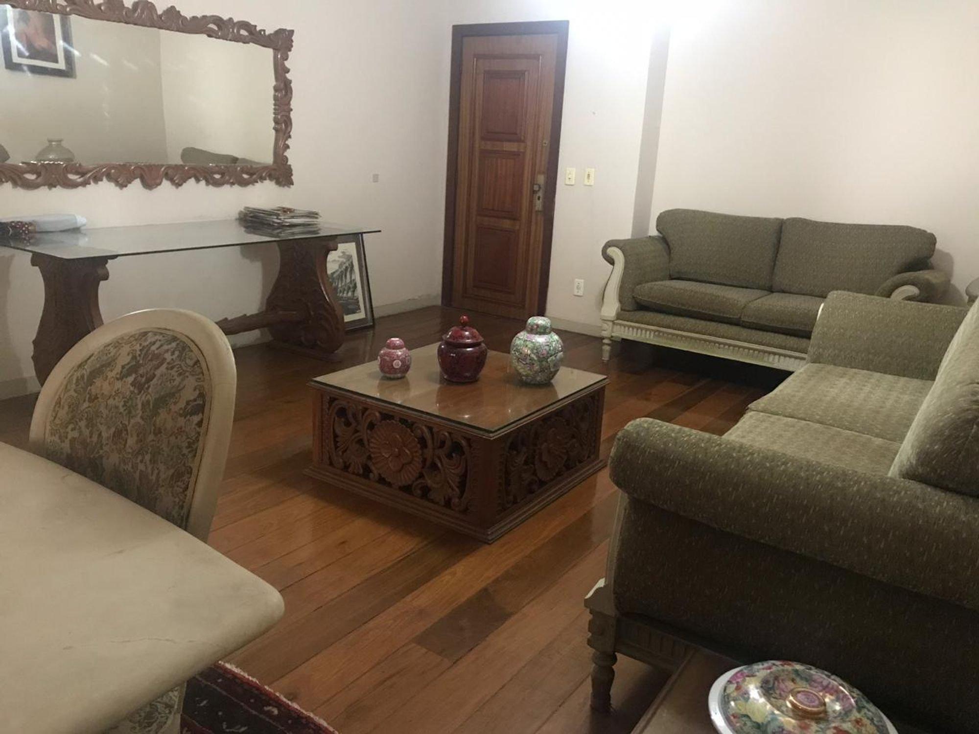 Foto de Sala com sofá, vaso, garrafa, cadeira, mesa de jantar