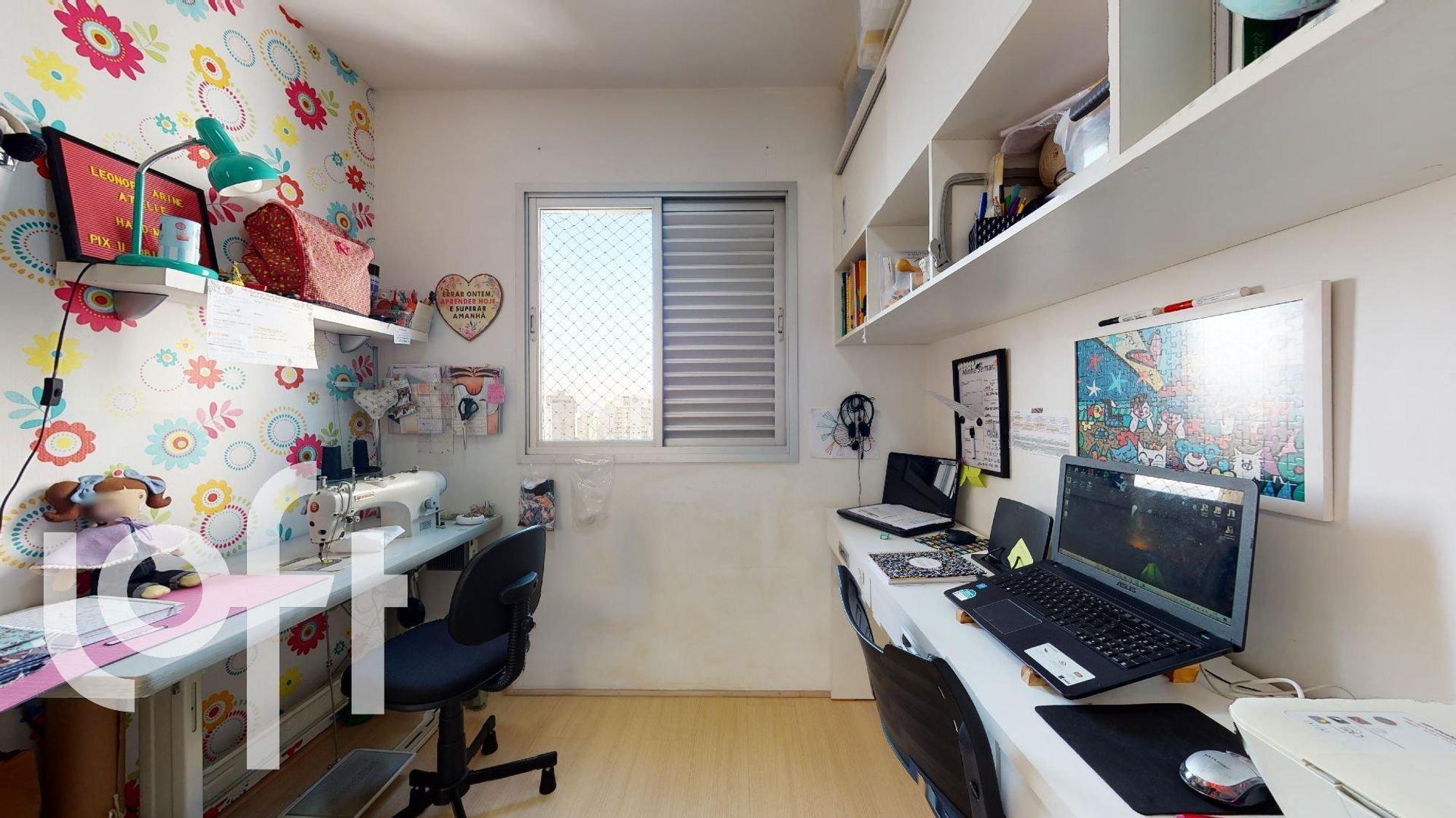 Foto de Quarto com teclado, mouse, computador portátil, cadeira