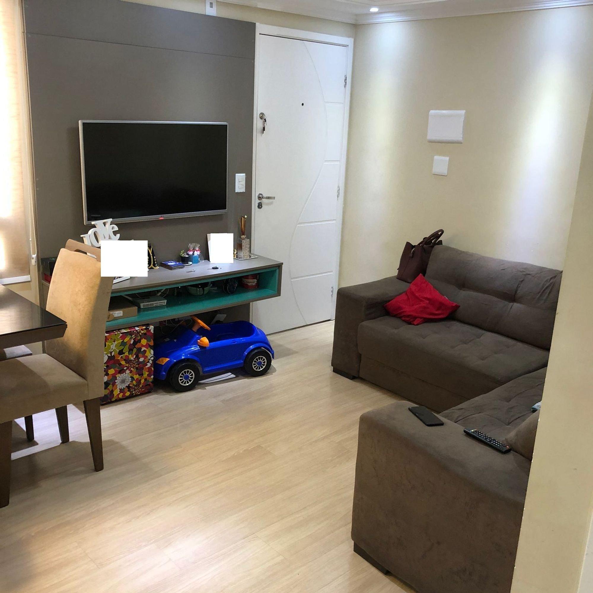 Foto de Sala com sofá, televisão, controle remoto, cadeira