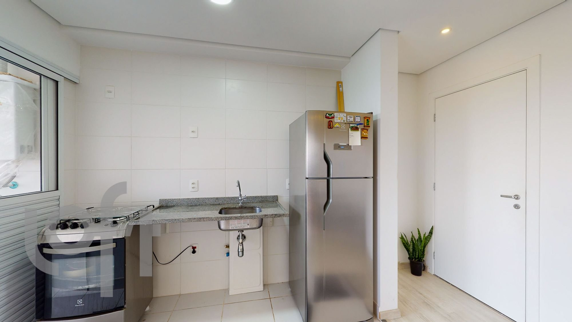 Foto de Cozinha com vaso de planta, geladeira, pia