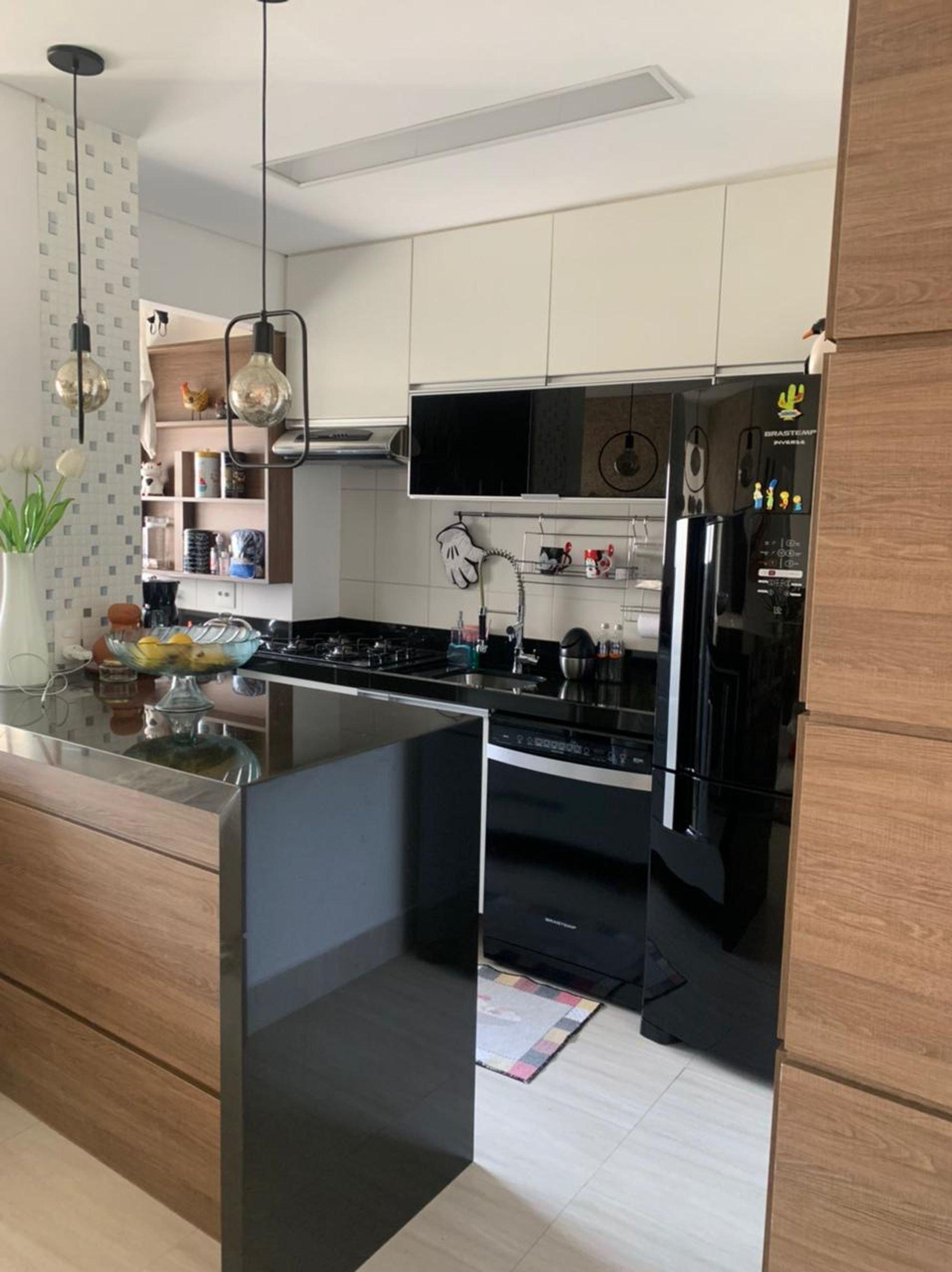 Foto de Cozinha com geladeira, vaso