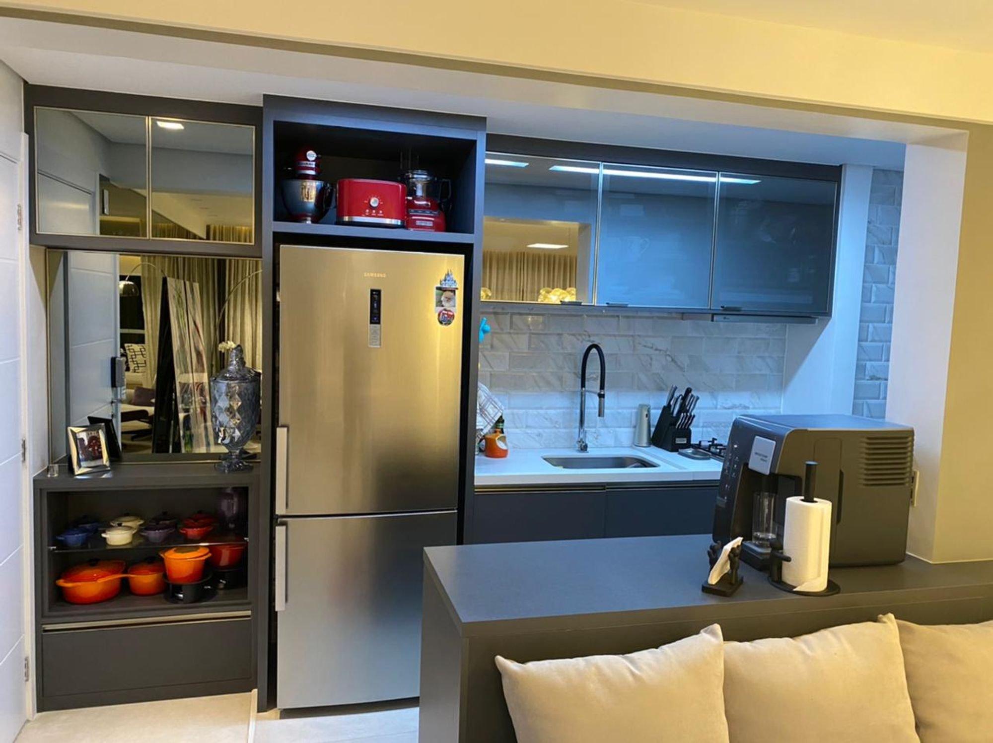Foto de Cozinha com sofá, faca, tigela, geladeira, pia
