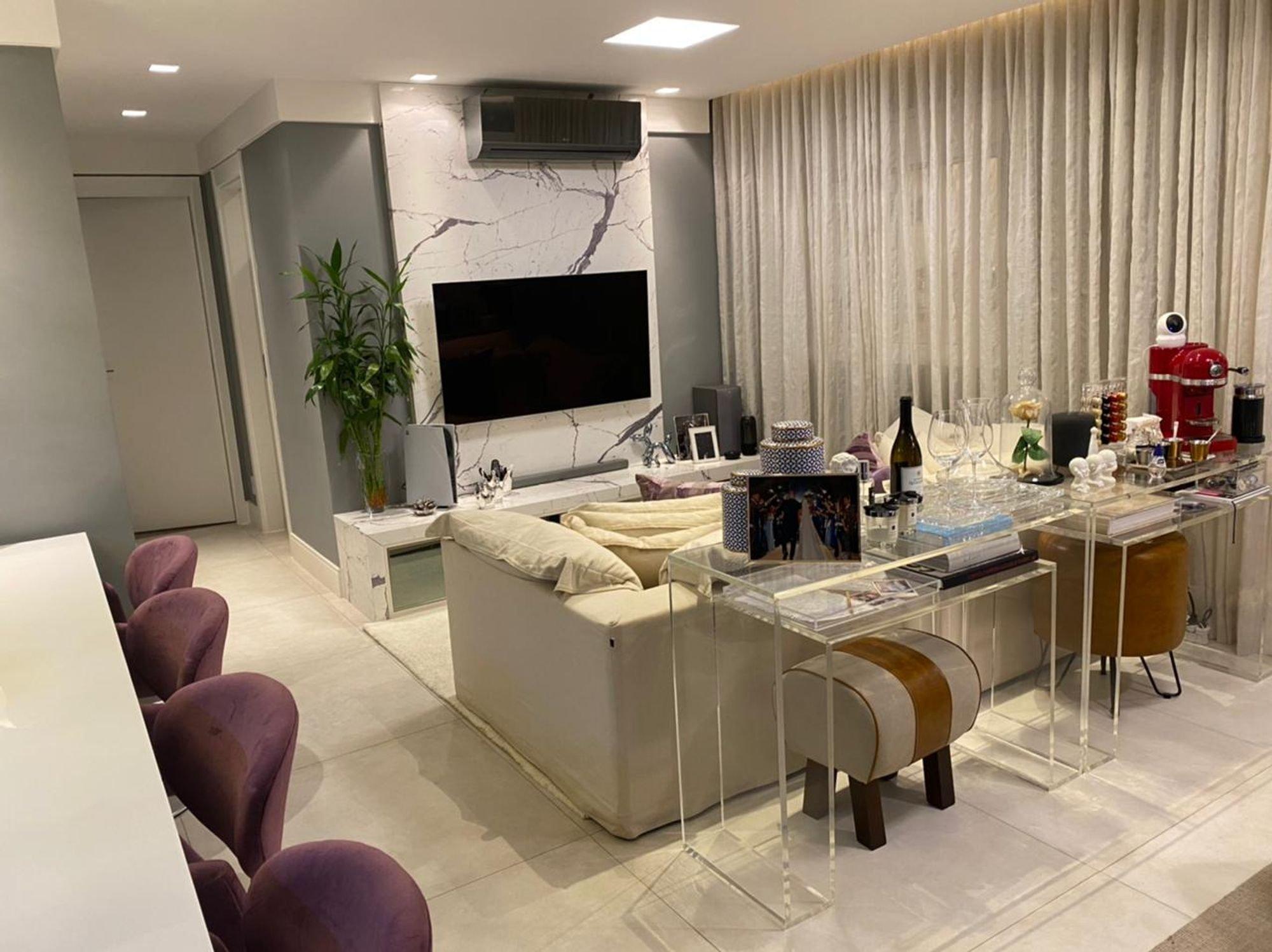 Foto de Cozinha com vaso de planta, copo de vinho, televisão, garrafa, cadeira