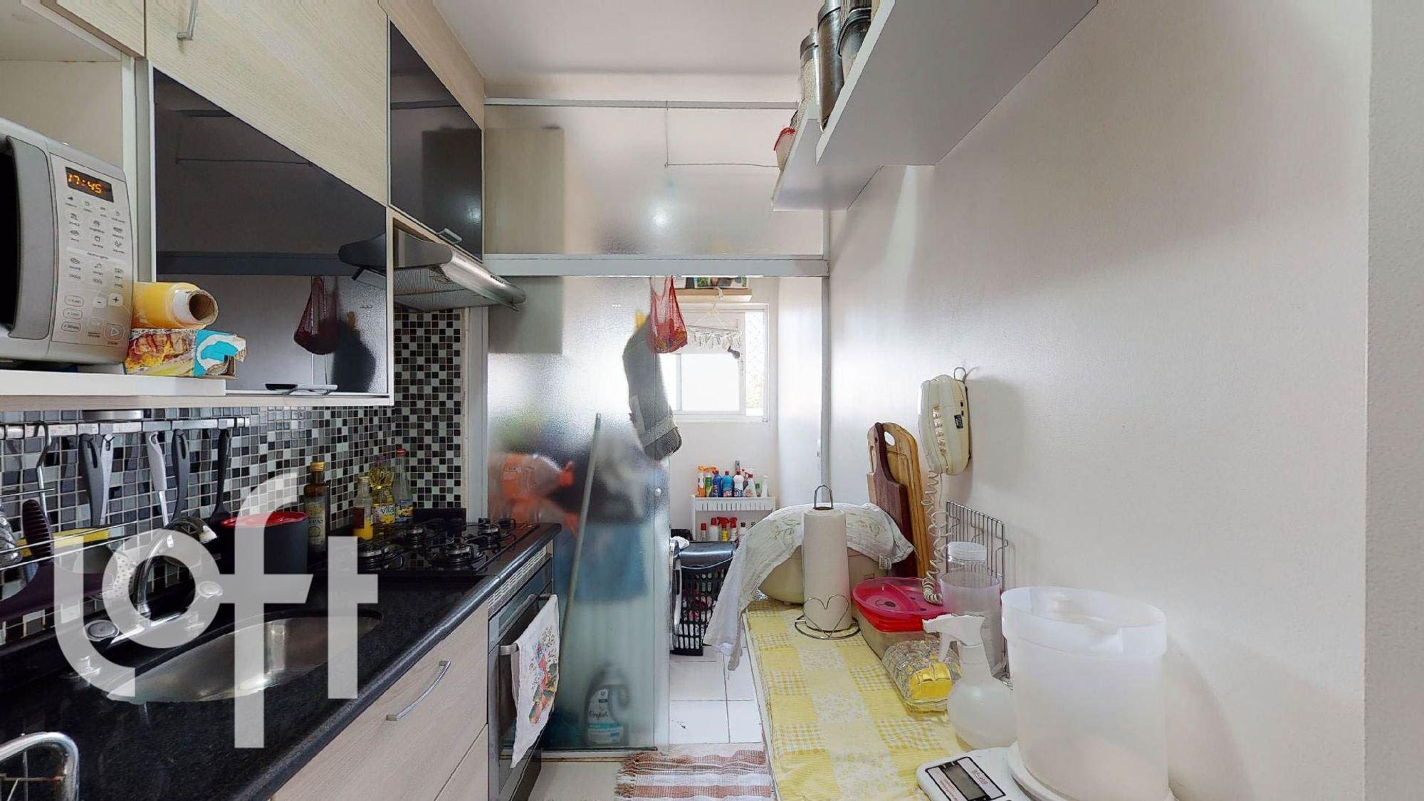 Foto de Cozinha com colher, garrafa, microondas, xícara
