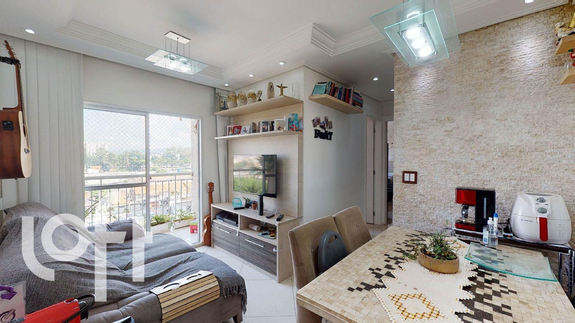 Foto de Sala com vaso de planta, televisão, cadeira, mesa de jantar