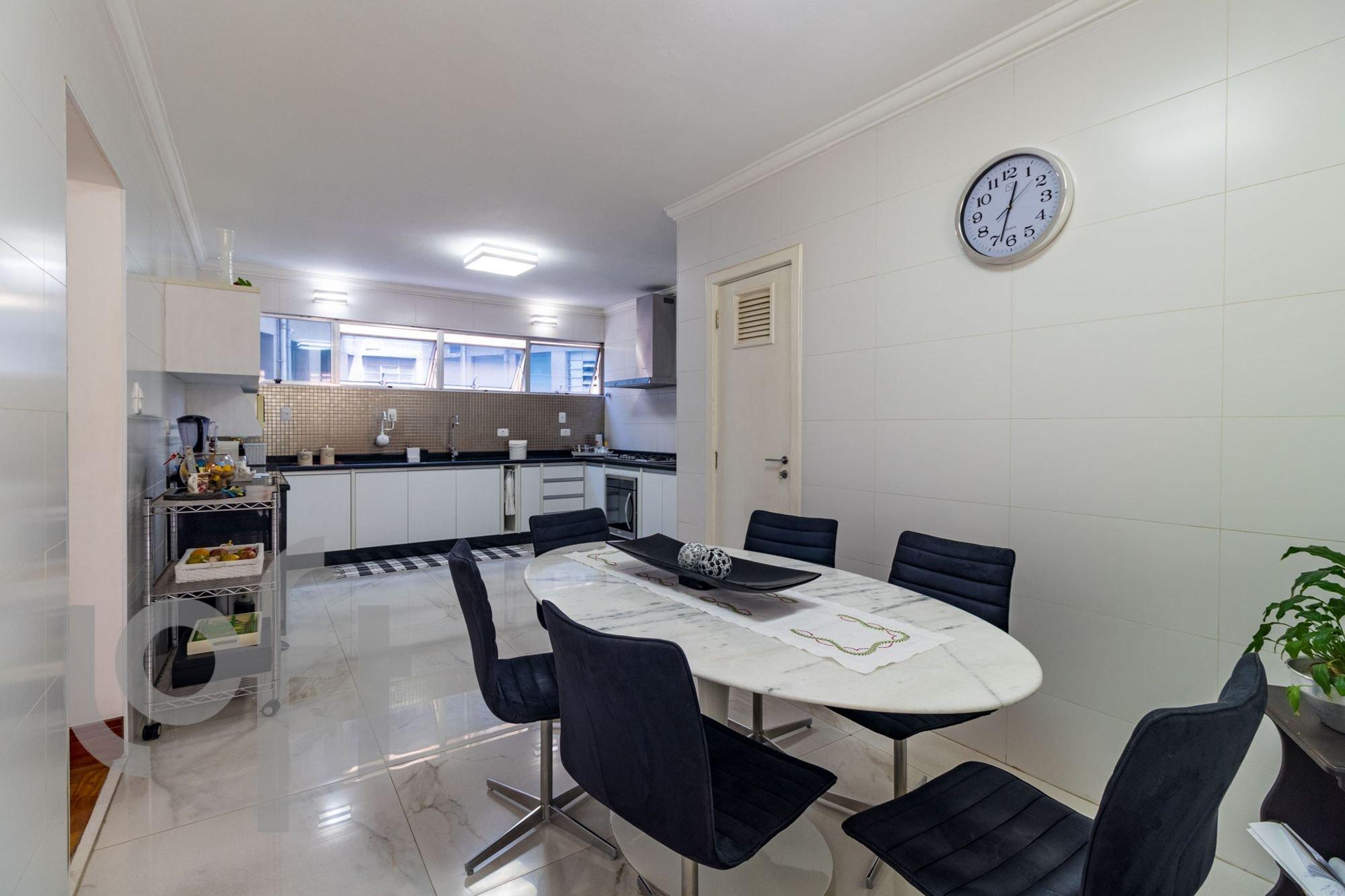 Foto de Sala com cadeira, relógio, mesa de jantar