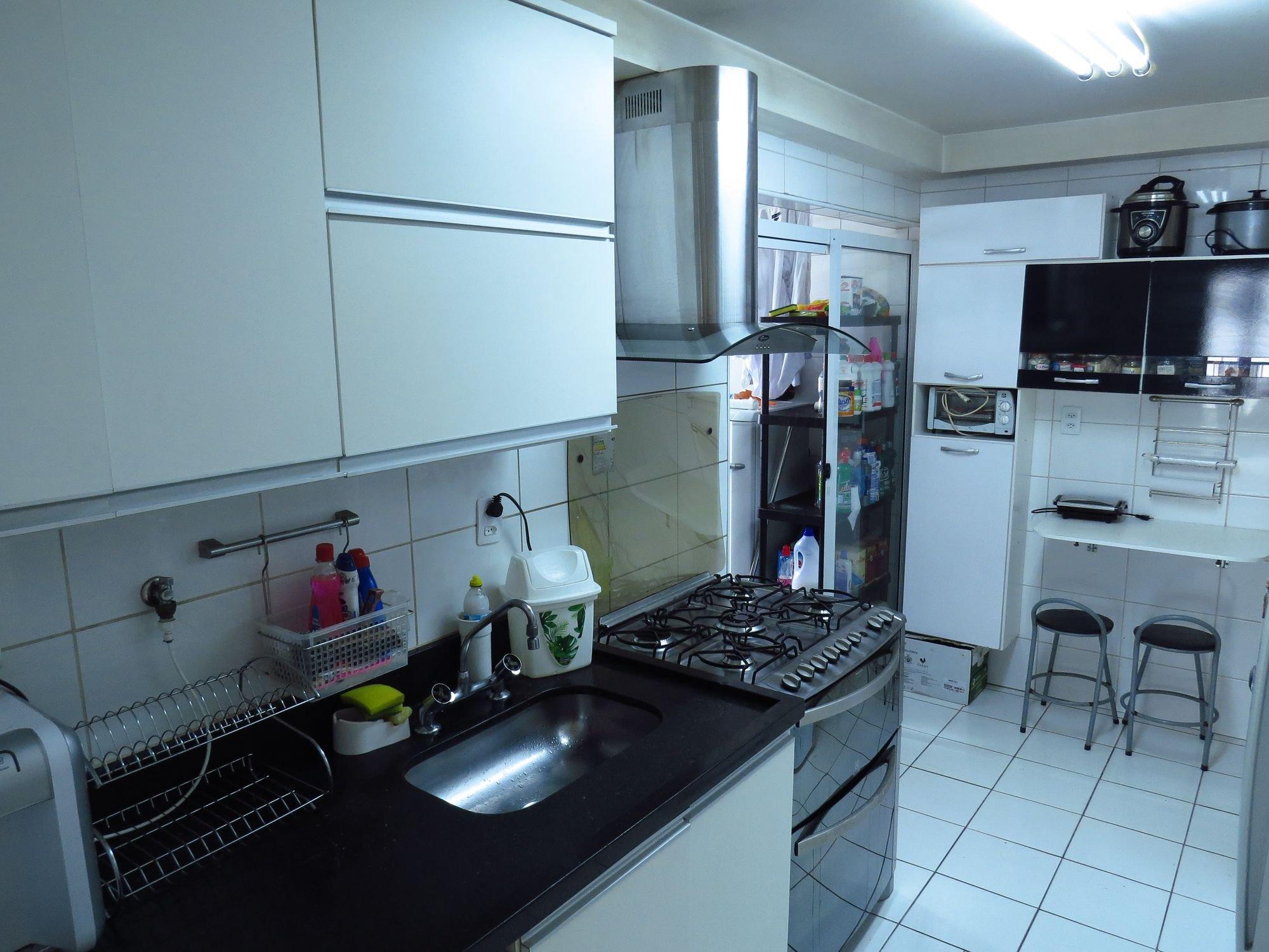 Foto de Cozinha com garrafa, forno, cadeira, pia, xícara