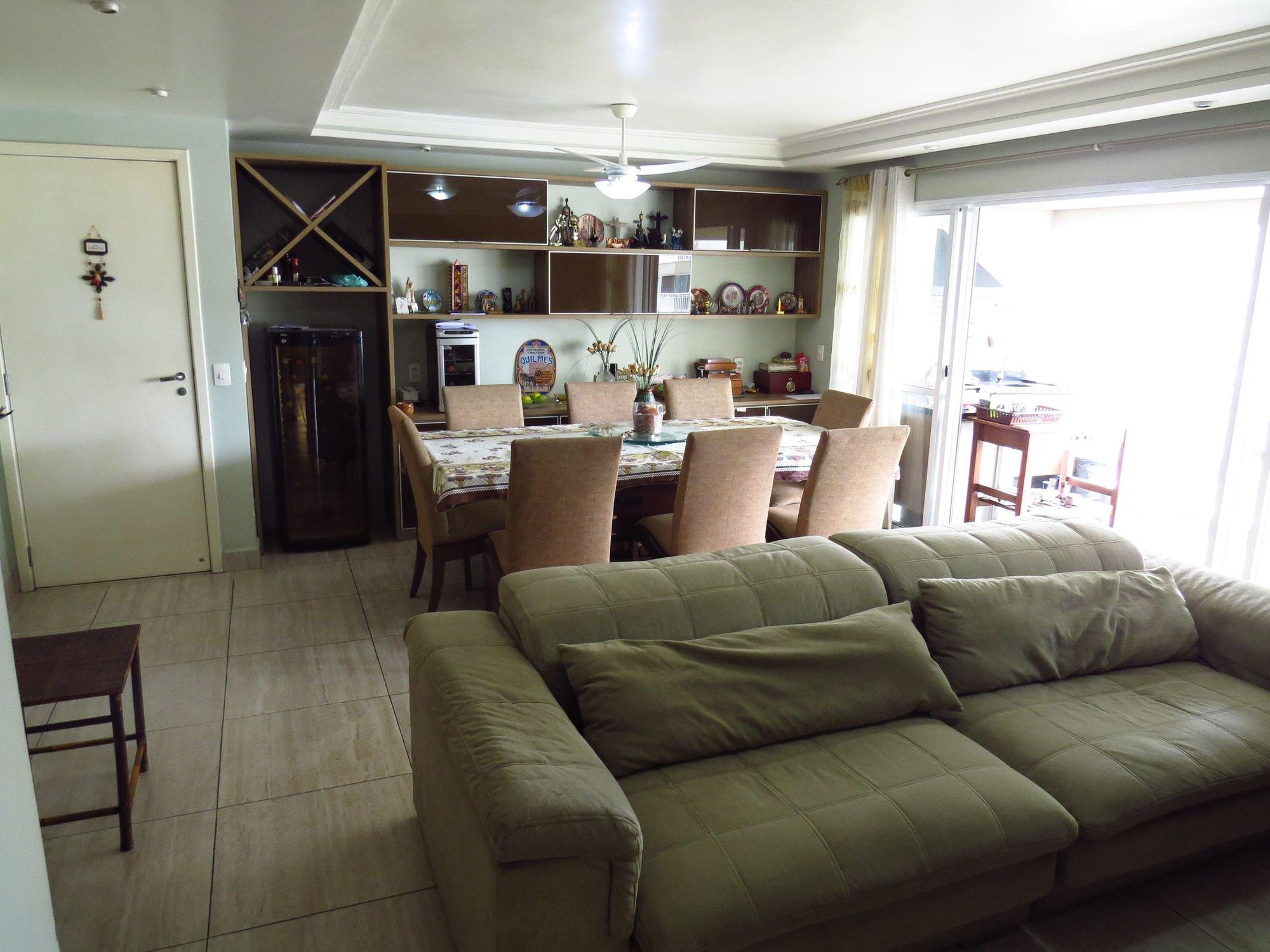 Foto de Sala com sofá, vaso, computador portátil, cadeira, mesa de jantar
