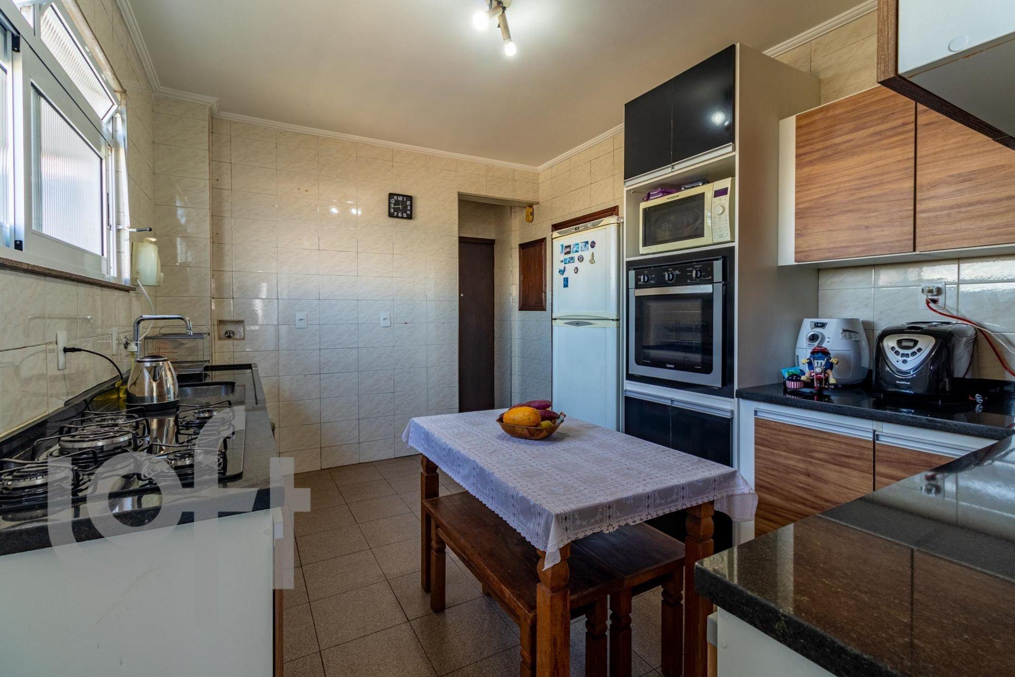 Foto de Cozinha com forno, tigela, geladeira, mesa de jantar