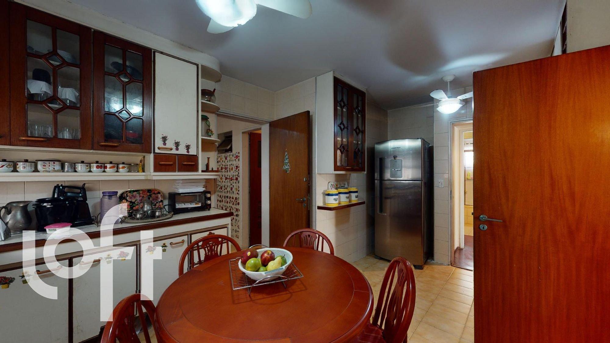 Foto de Cozinha com cadeira, mochila, mesa de jantar, tigela, geladeira, microondas, xícara