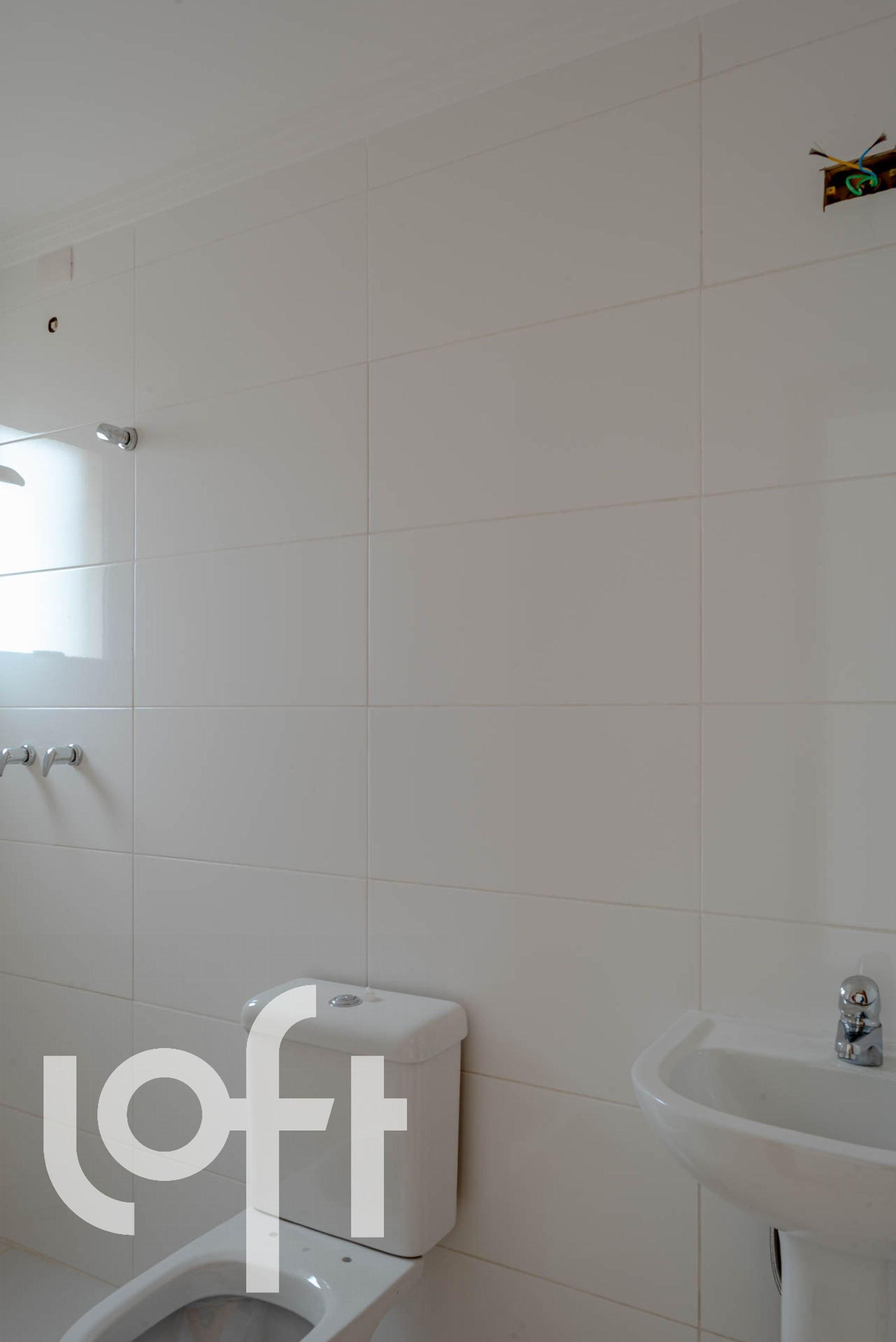 Foto de Banheiro com vaso sanitário, pia, avião