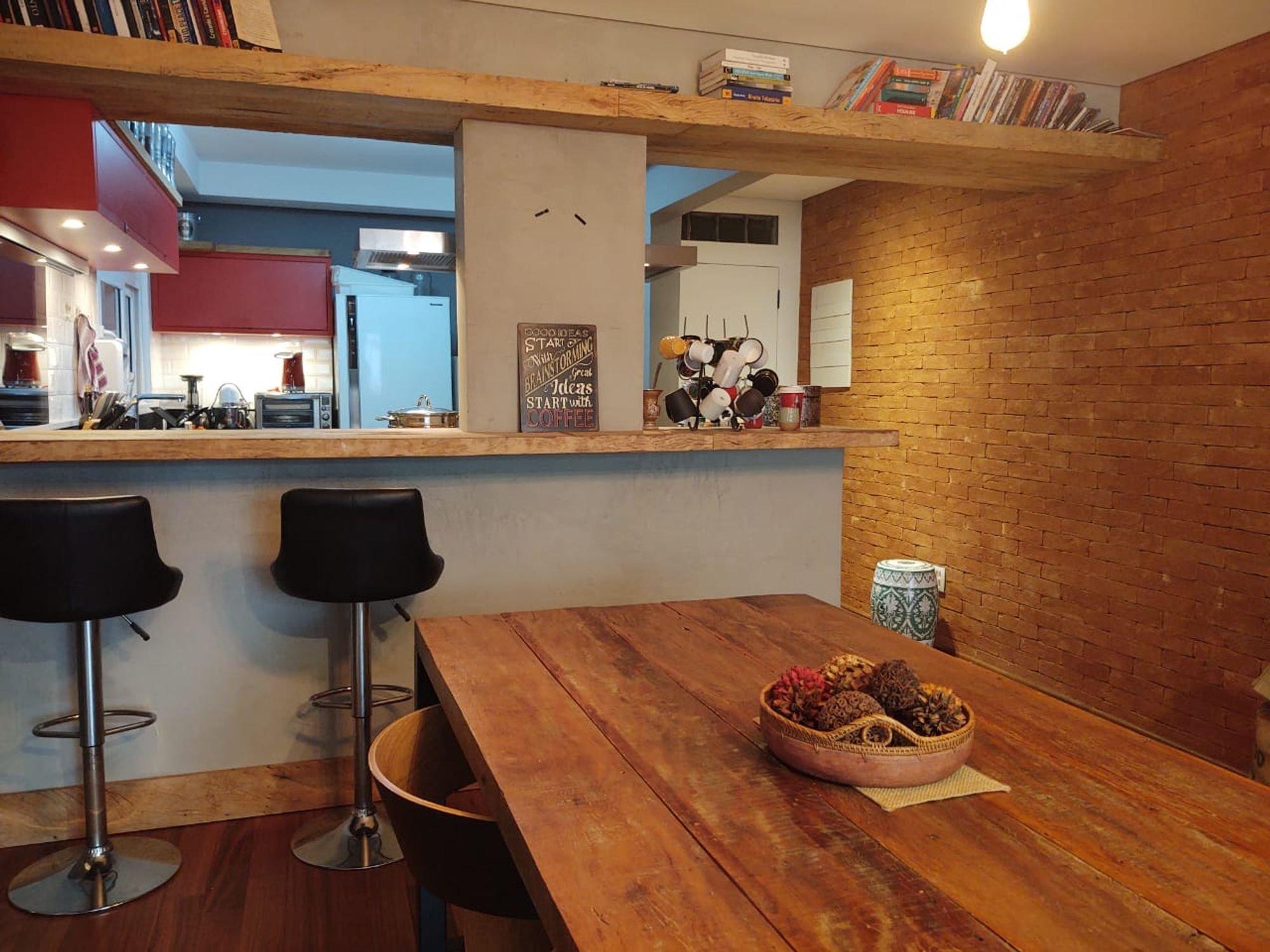 Nesta foto há vaso de planta, cadeira, mesa de jantar