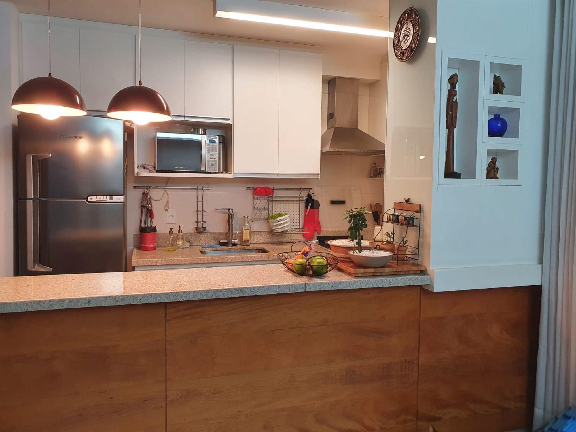 Foto de Cozinha com vaso, garrafa, tigela, geladeira, microondas
