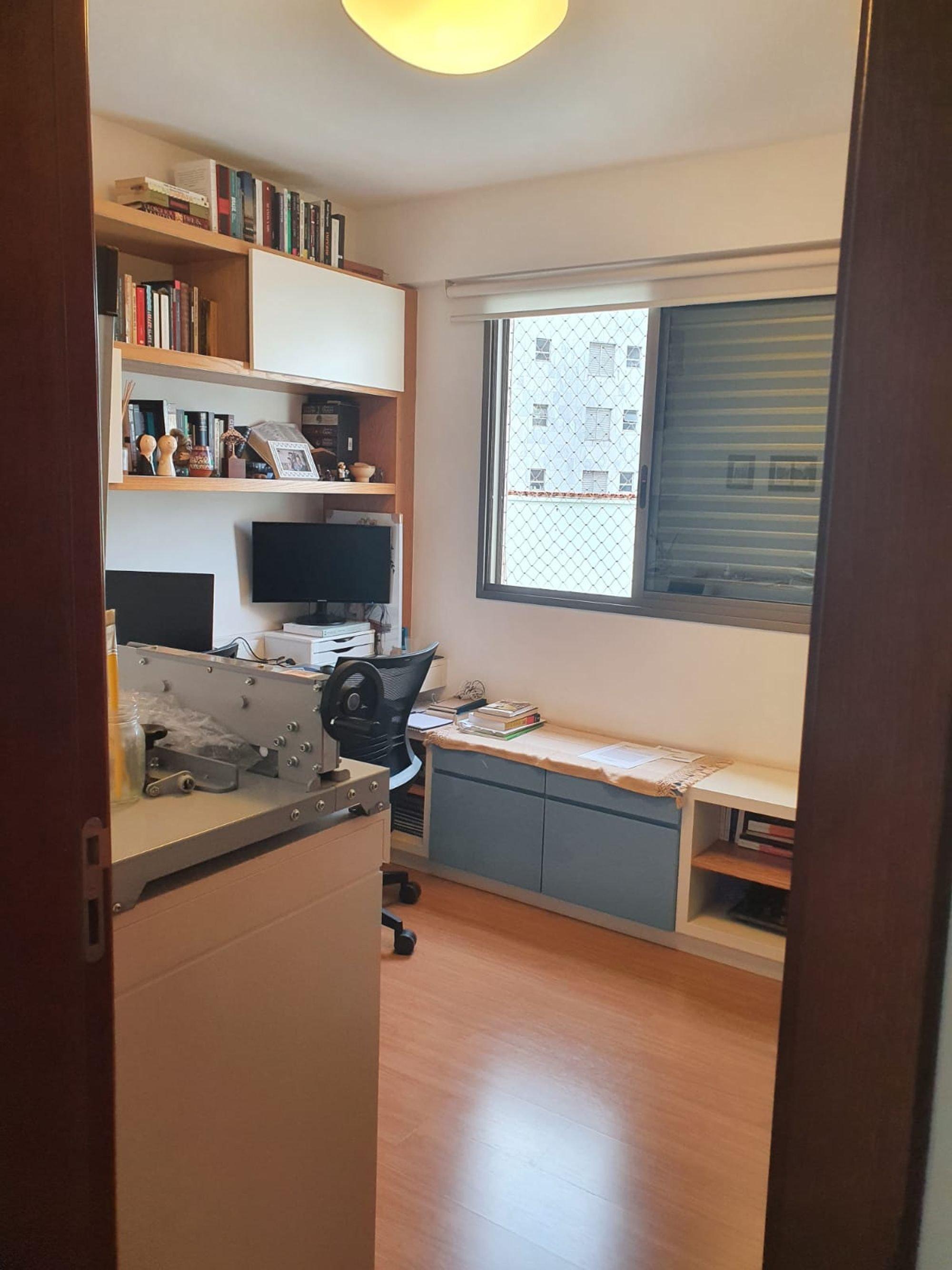 Foto de Cozinha com televisão, cadeira, livro