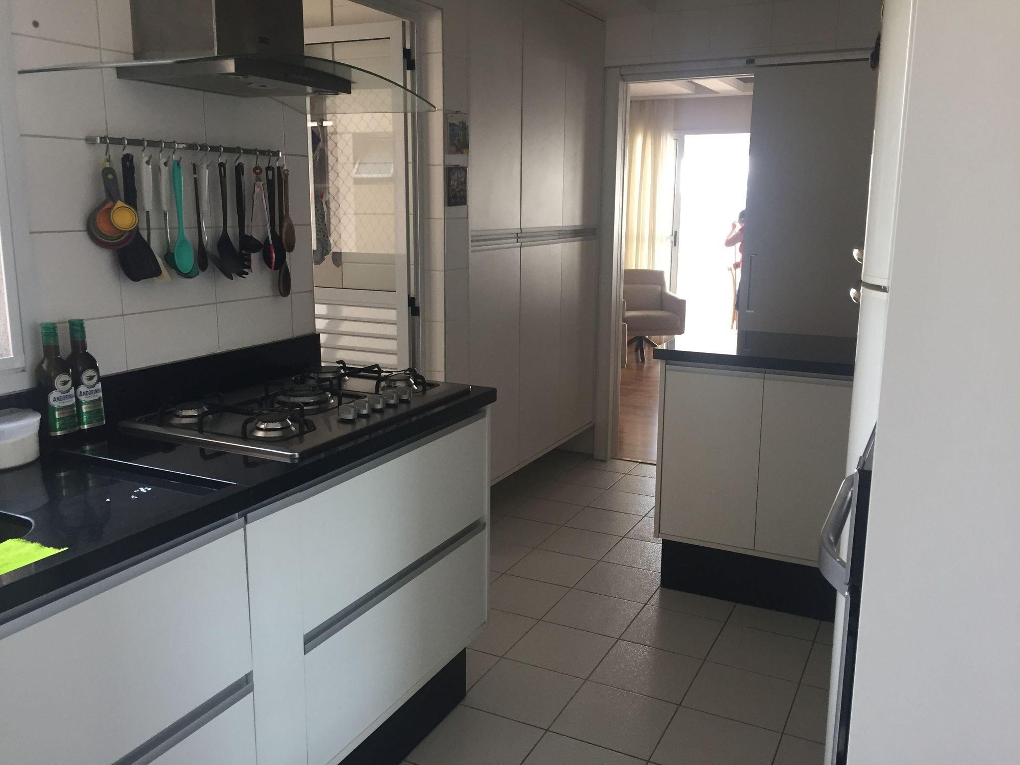 Foto de Cozinha com colher, garrafa, geladeira, cadeira