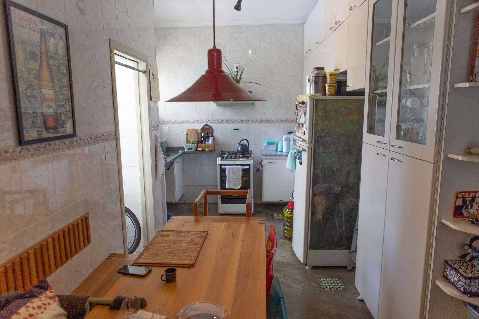 Foto de Cozinha com celular, cadeira, mesa de jantar