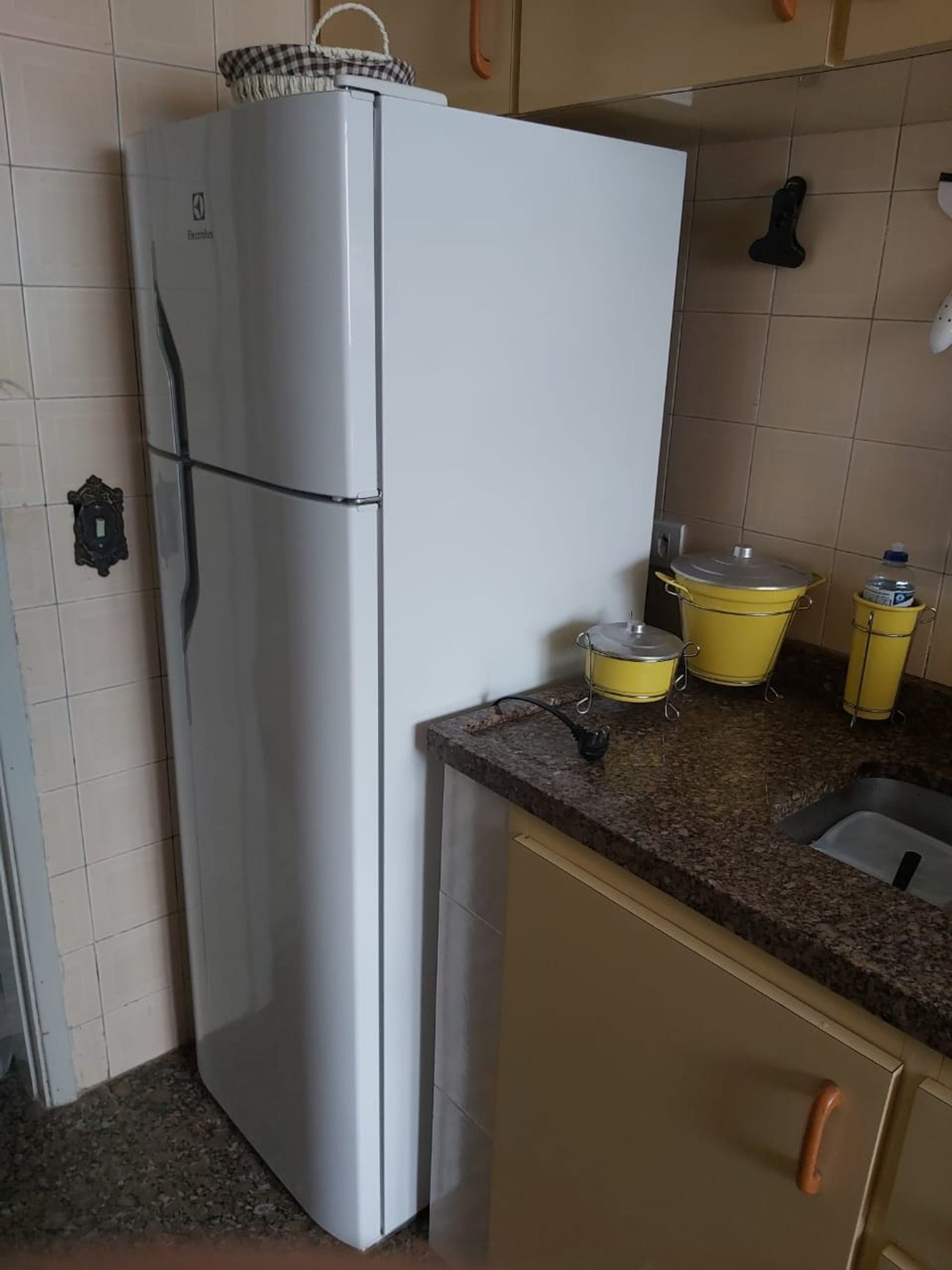 Foto de Cozinha com tigela, geladeira, pia, xícara