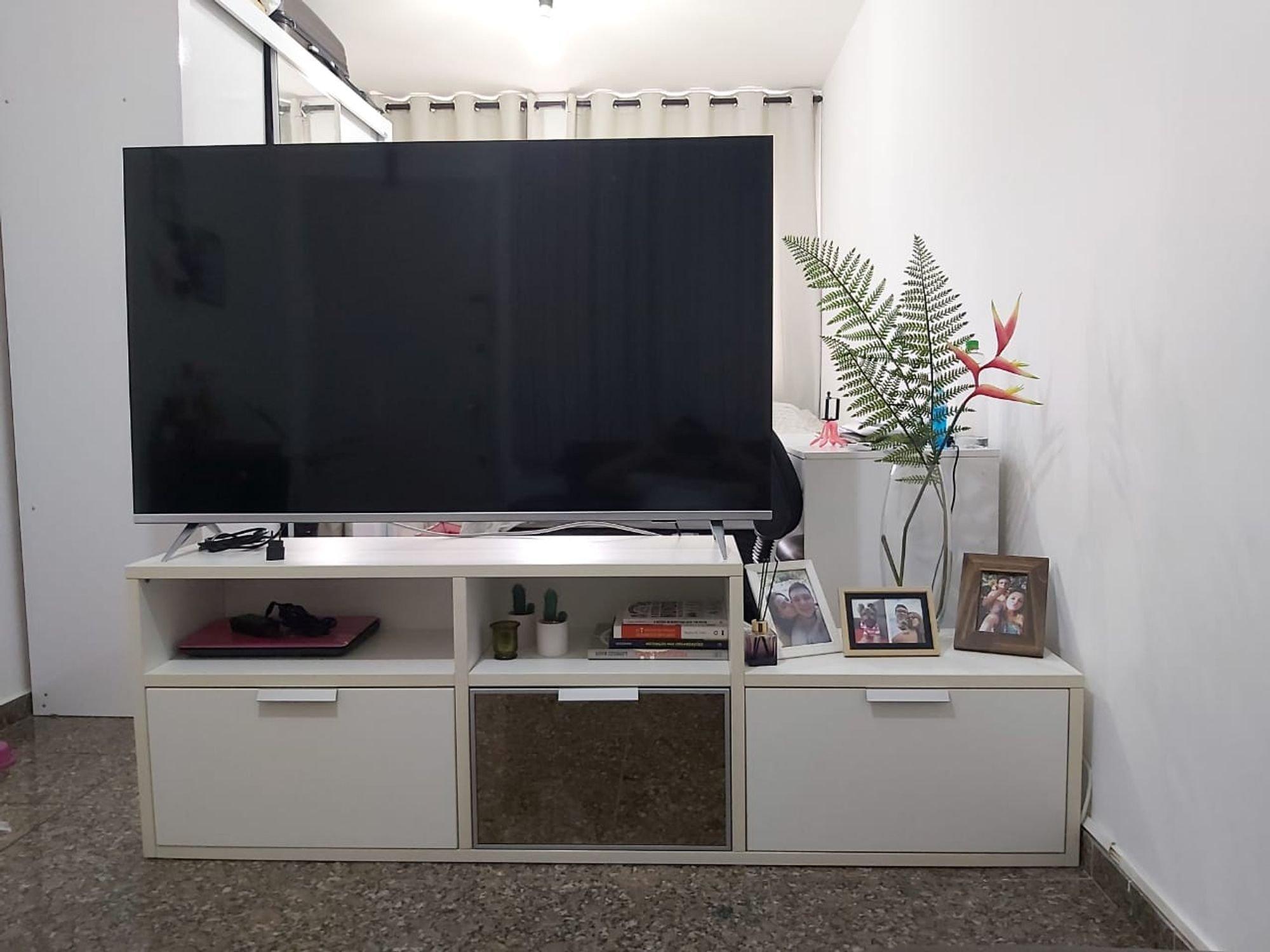 Foto de Sala com vaso de planta, televisão, xícara