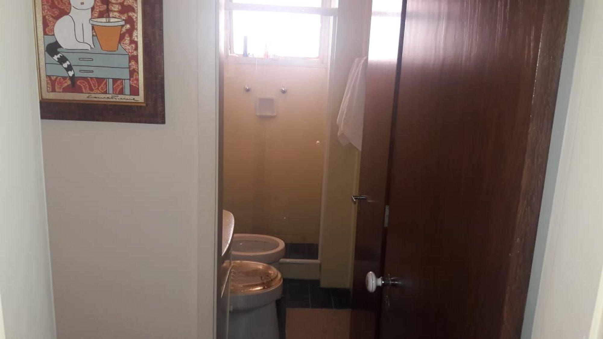 Foto de Hall com vaso sanitário