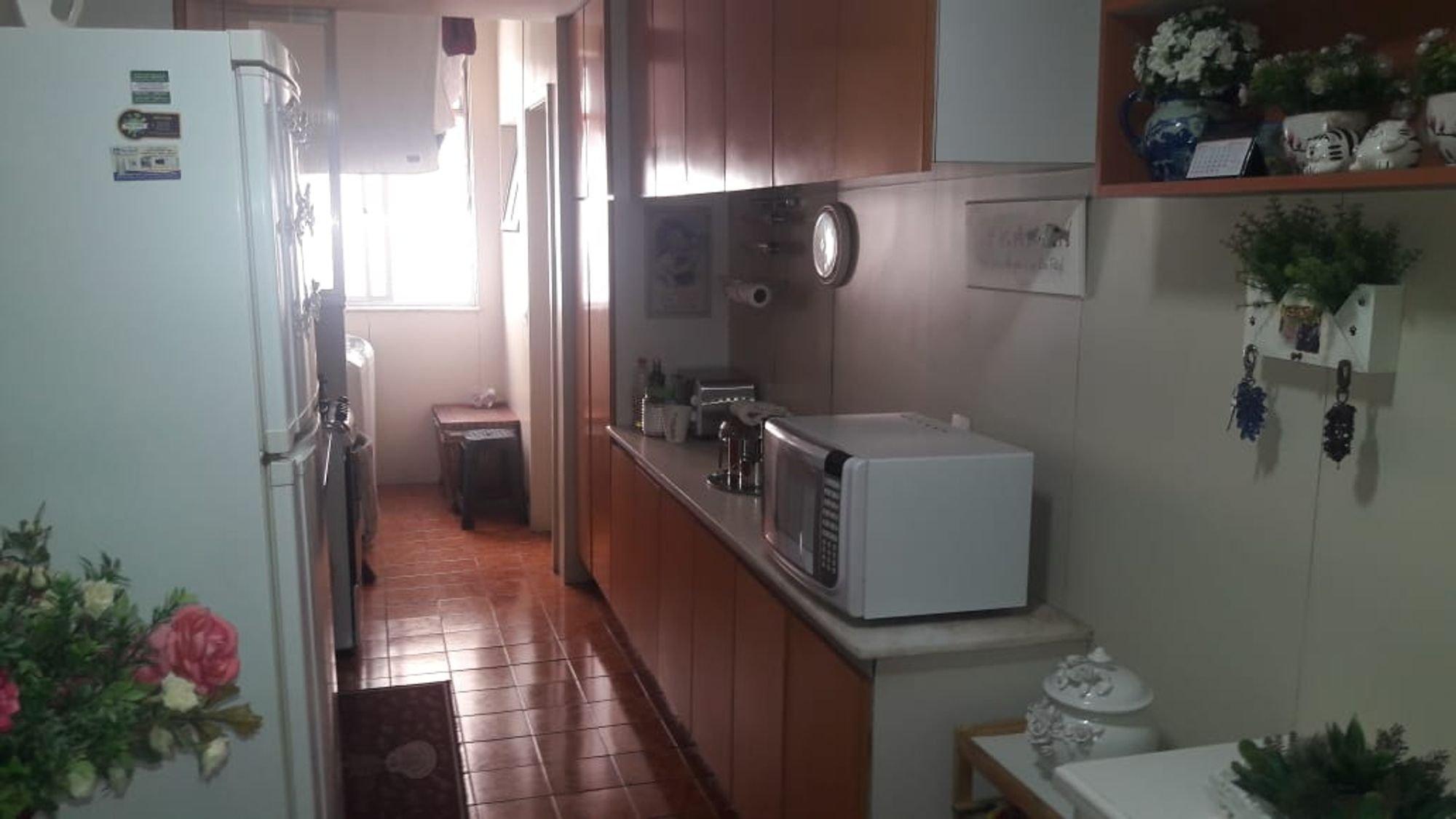 Foto de Cozinha com vaso de planta, geladeira, microondas
