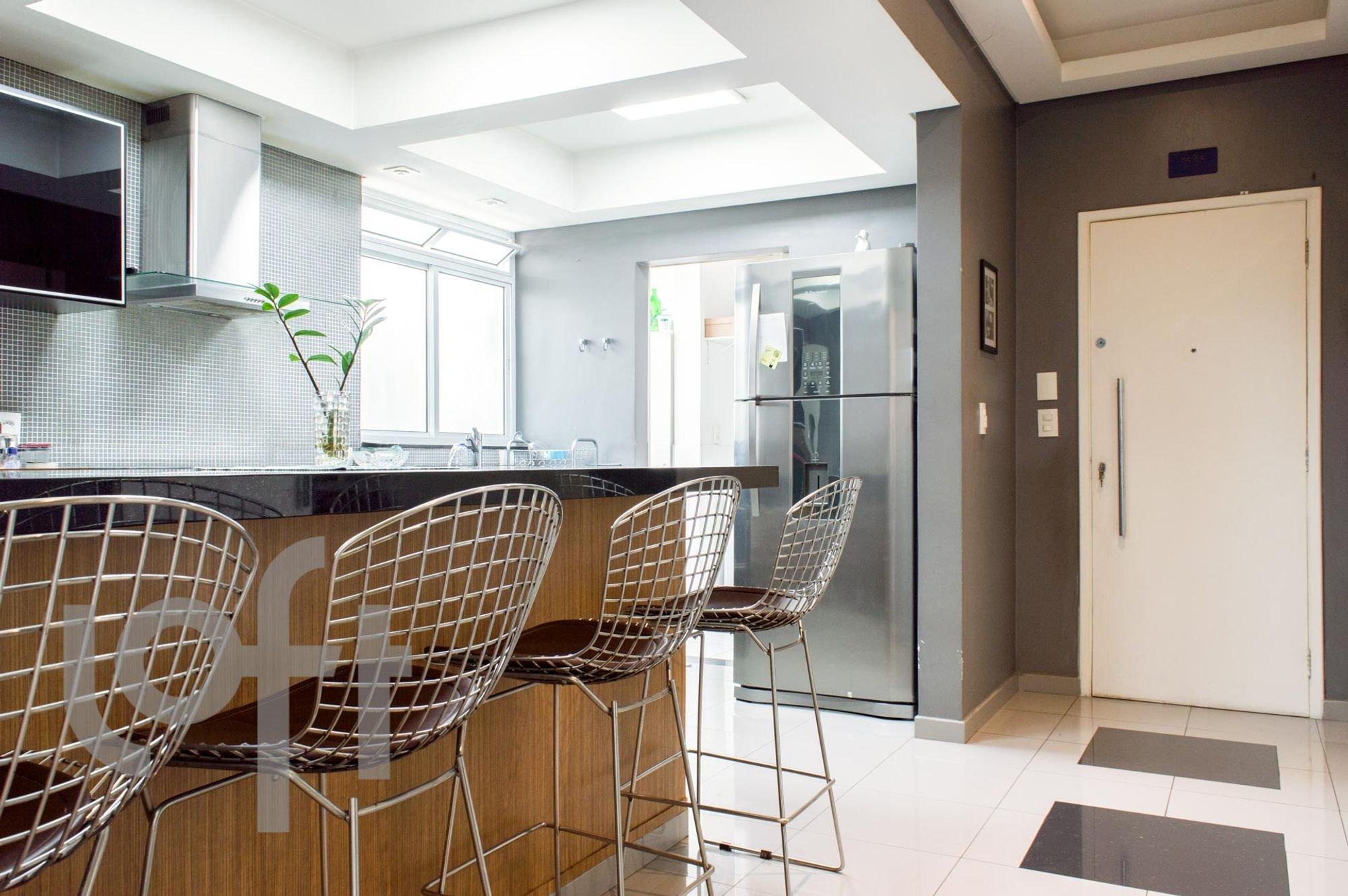 Foto de Cozinha com cadeira, vaso