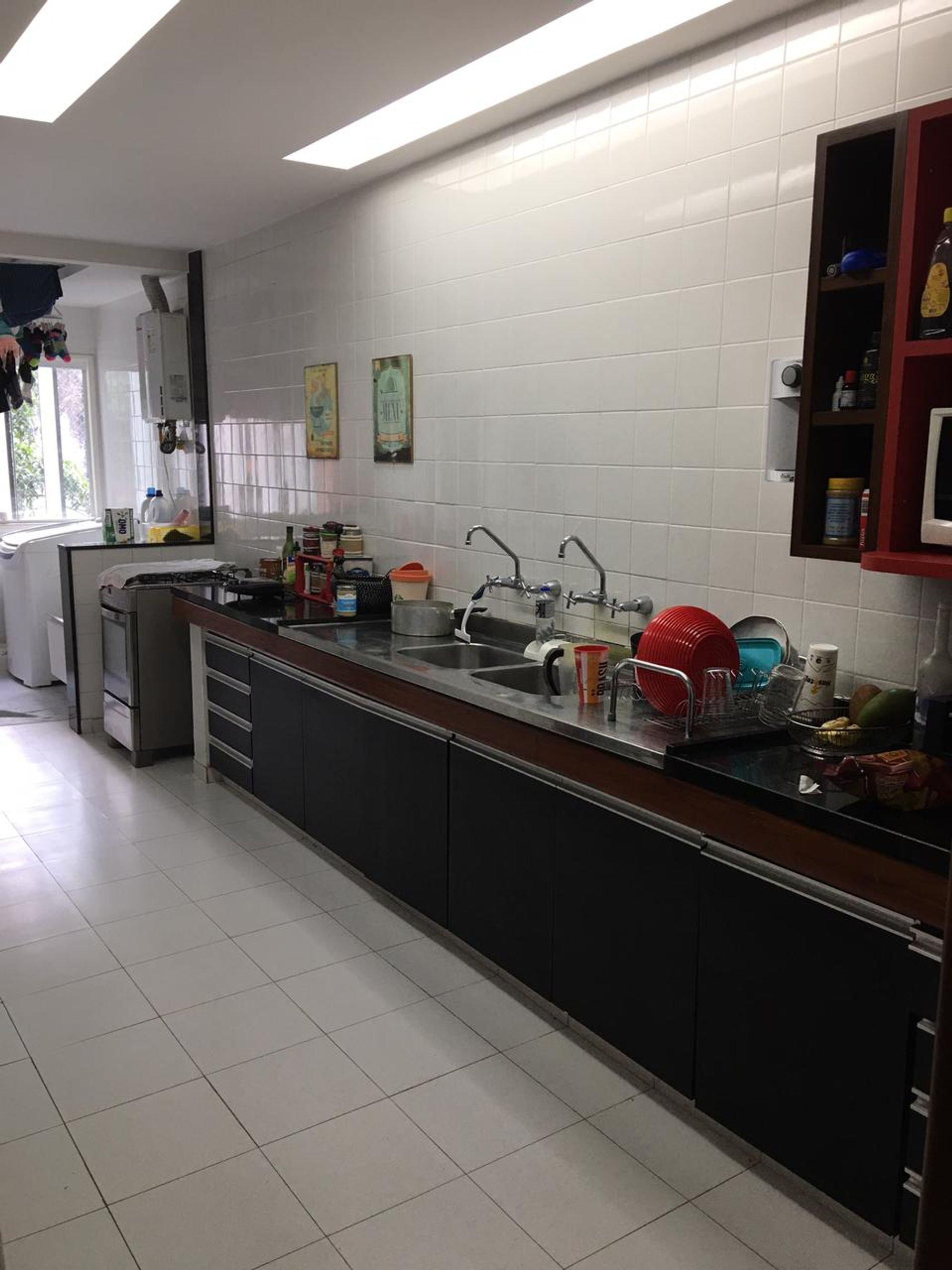 Foto de Cozinha com tigela, garrafa, xícara