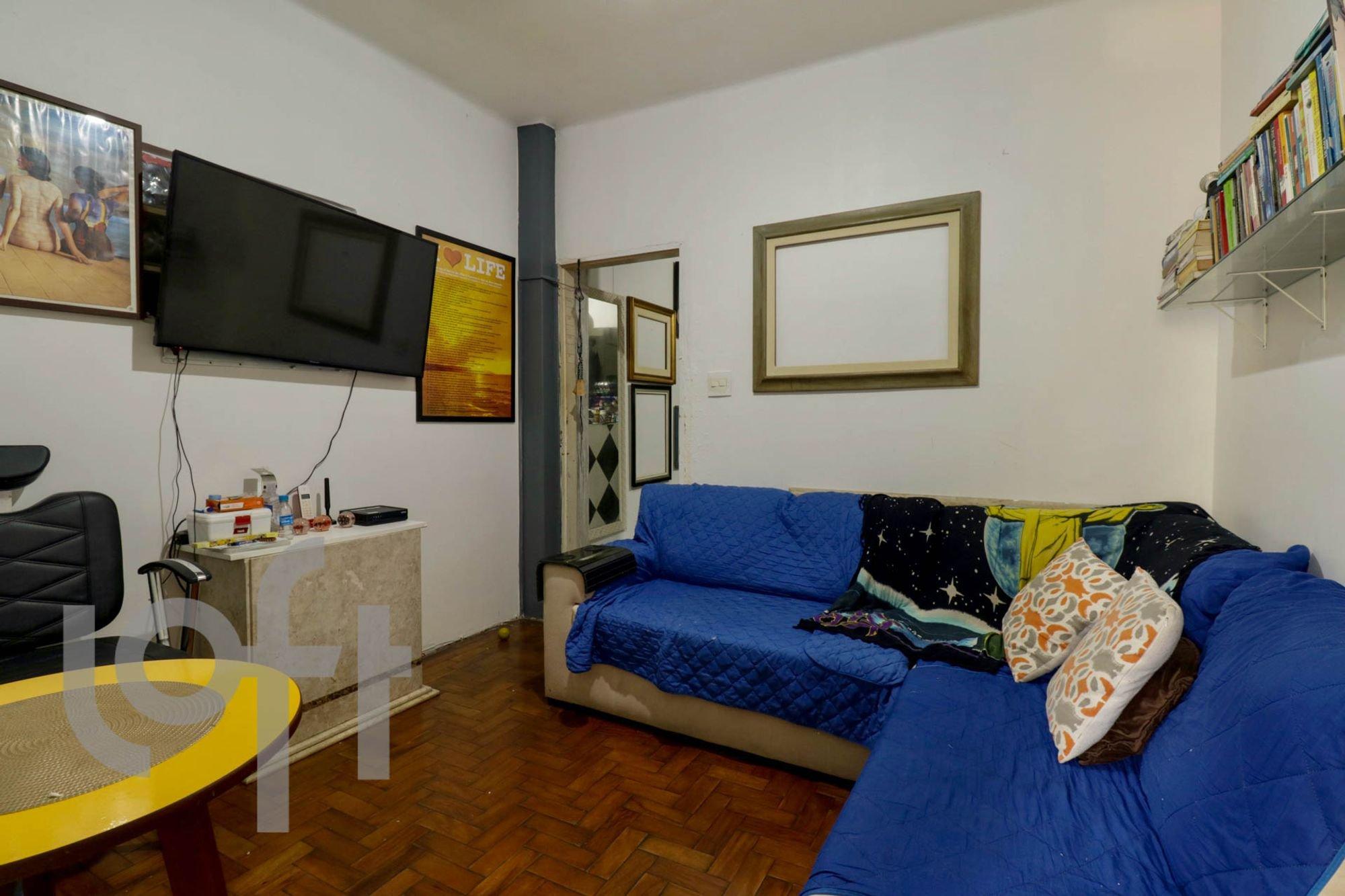 Foto de Quarto com sofá, televisão, mesa de jantar