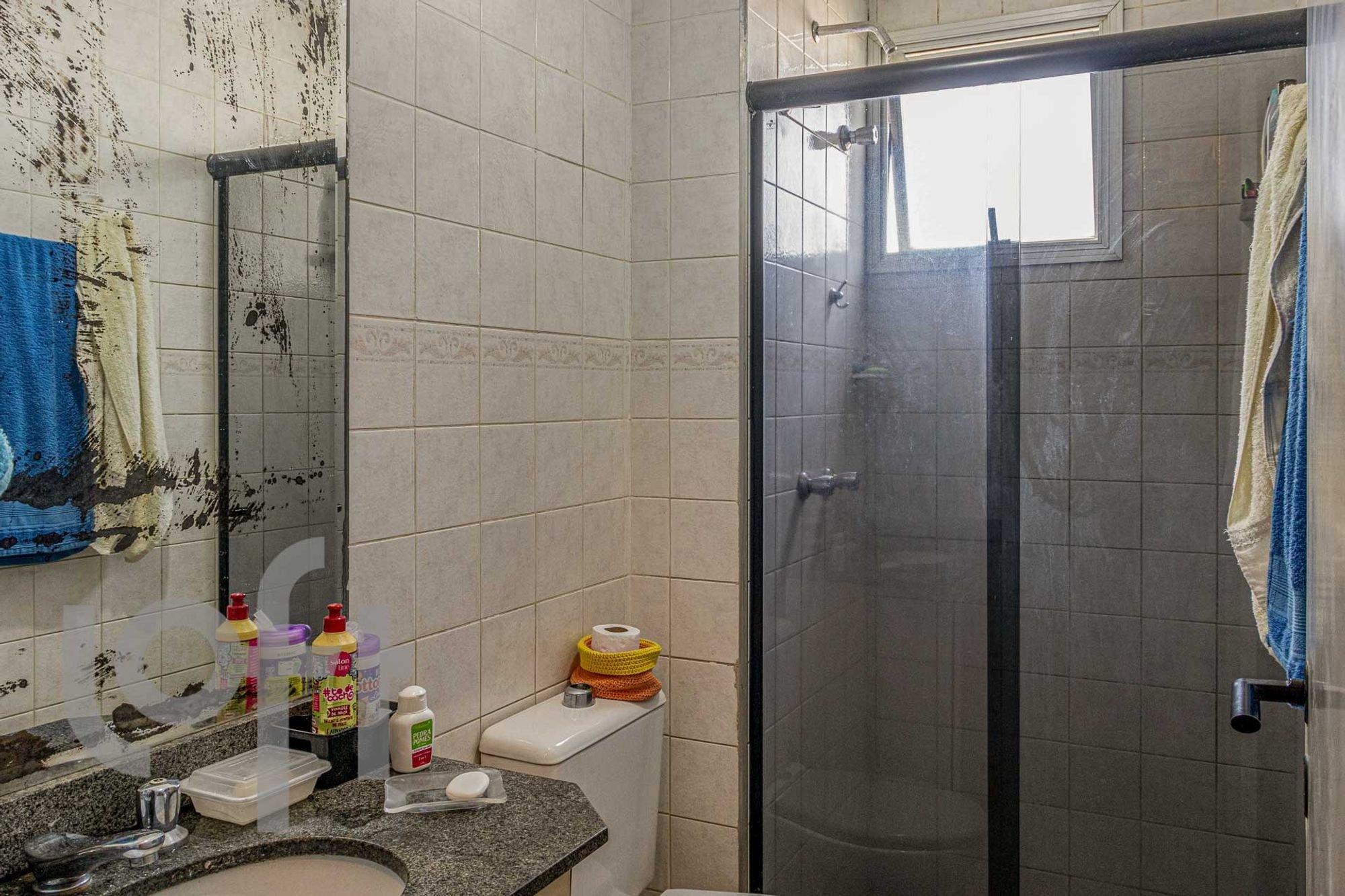 Foto de Banheiro com pia, garrafa, xícara