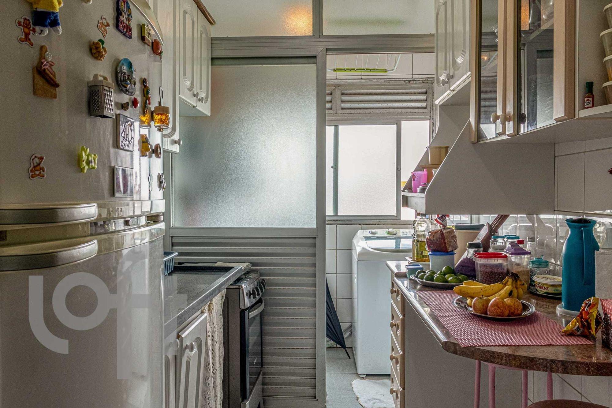 Foto de Cozinha com garrafa, geladeira, pia, mesa de jantar