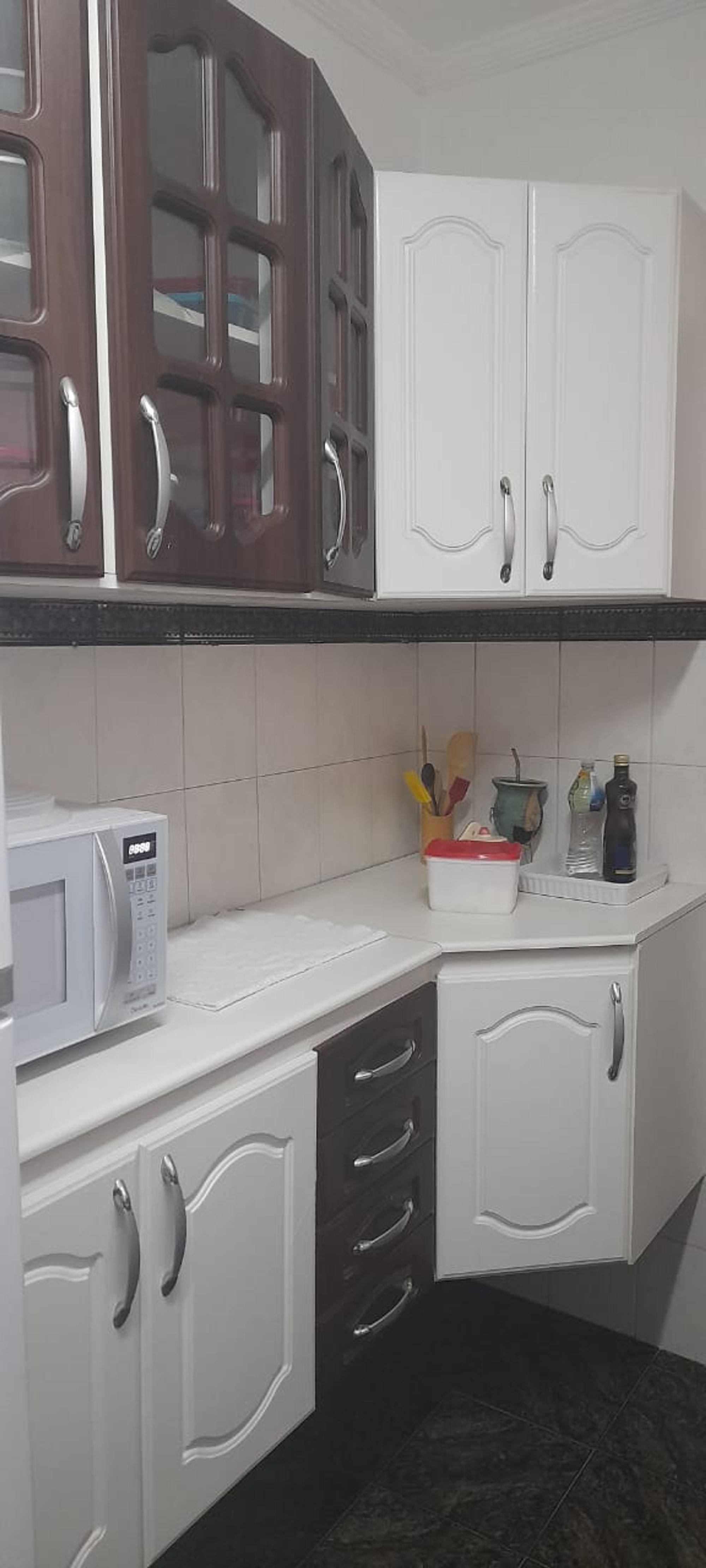 Foto de Cozinha com microondas, garrafa